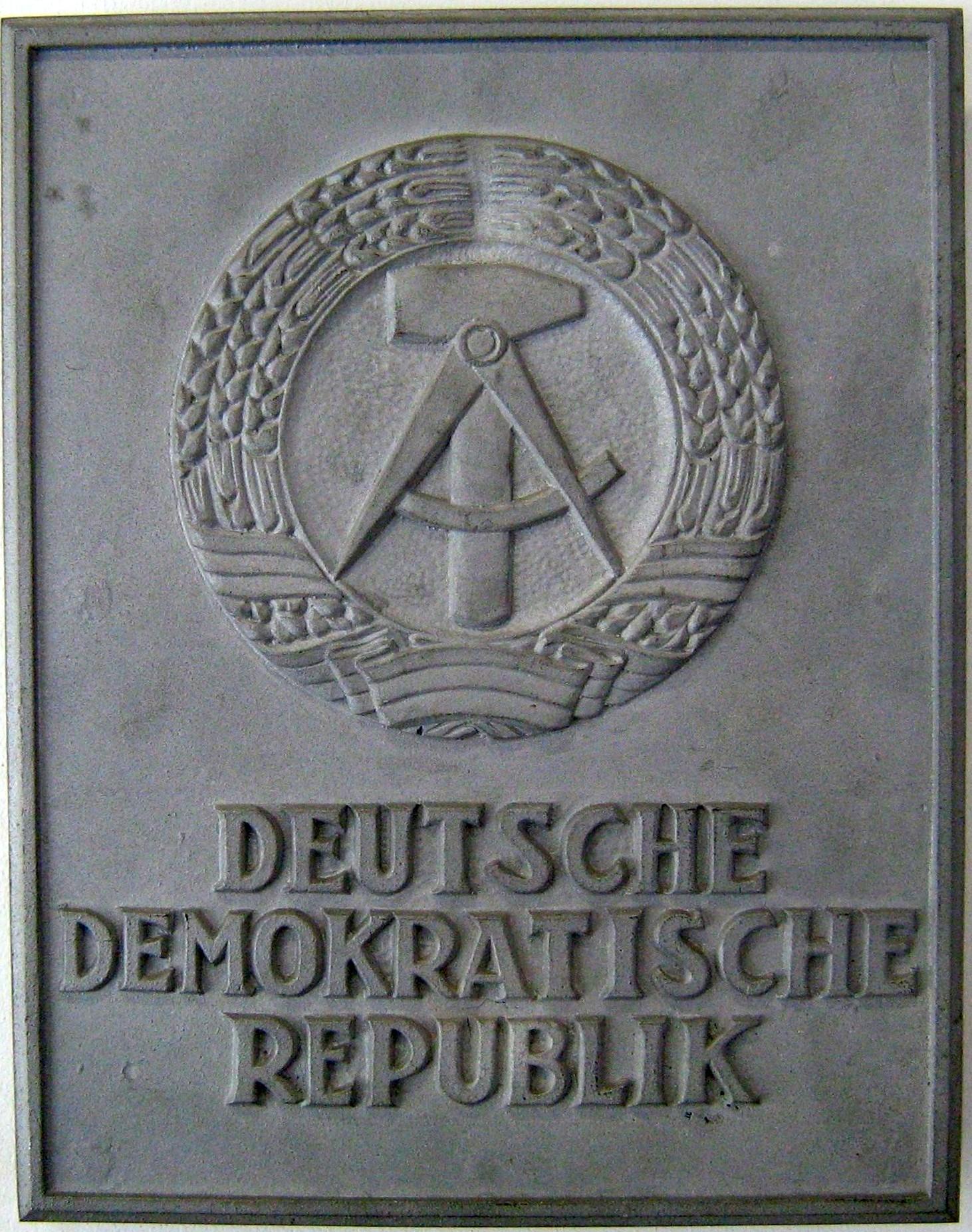 https://upload.wikimedia.org/wikipedia/commons/3/3a/DDR_Tafel.JPG
