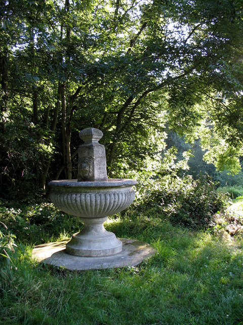 English: Disused Drinking Fountain The water h...