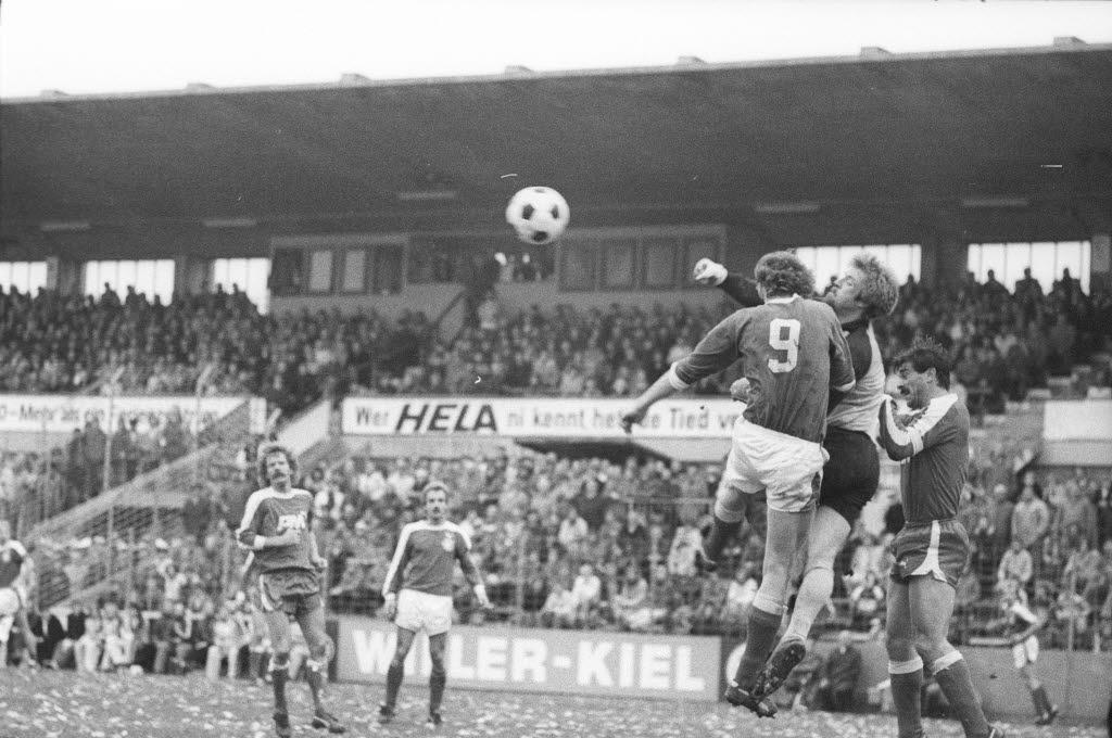 File Fussballspiel Holstein Kiel Gegen Rot Weiss Oberhausen In