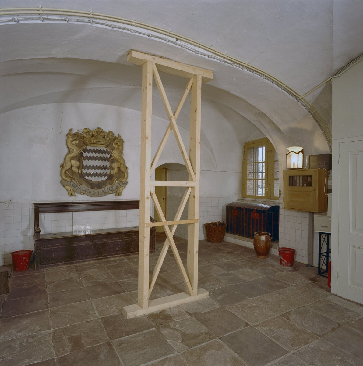 https://upload.wikimedia.org/wikipedia/commons/3/3a/Interieur%2C_overzicht_entree_souterrain_-_Amerongen_-_20001473_-_RCE.jpg