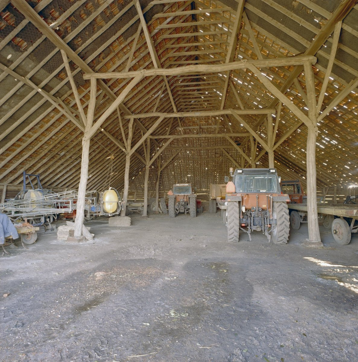 File interieur schuur achter de boerderij met gebinten for Boerderij interieur