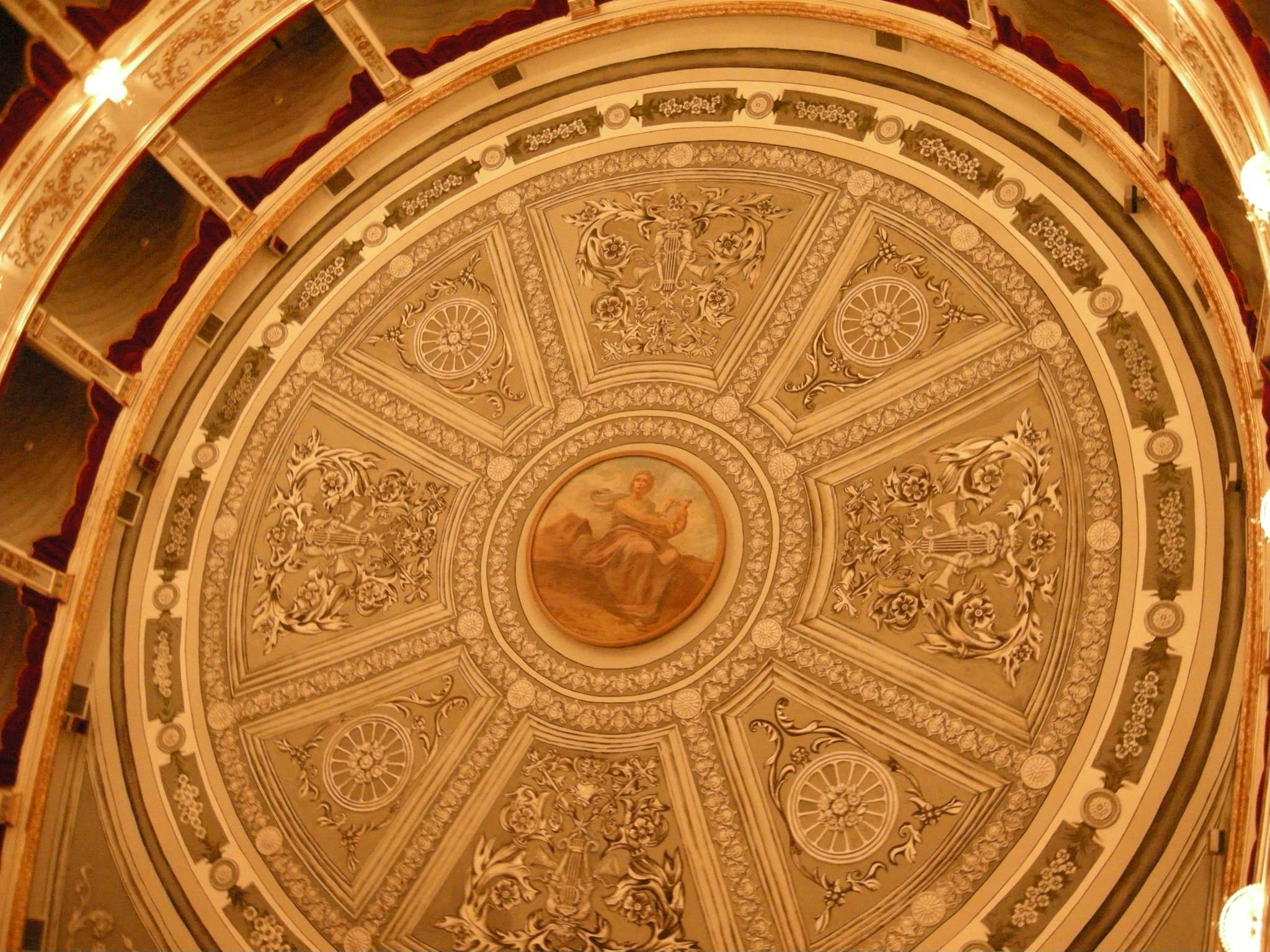 Decorazioni sul soffitto del teatro netino Vittorio Emanuele