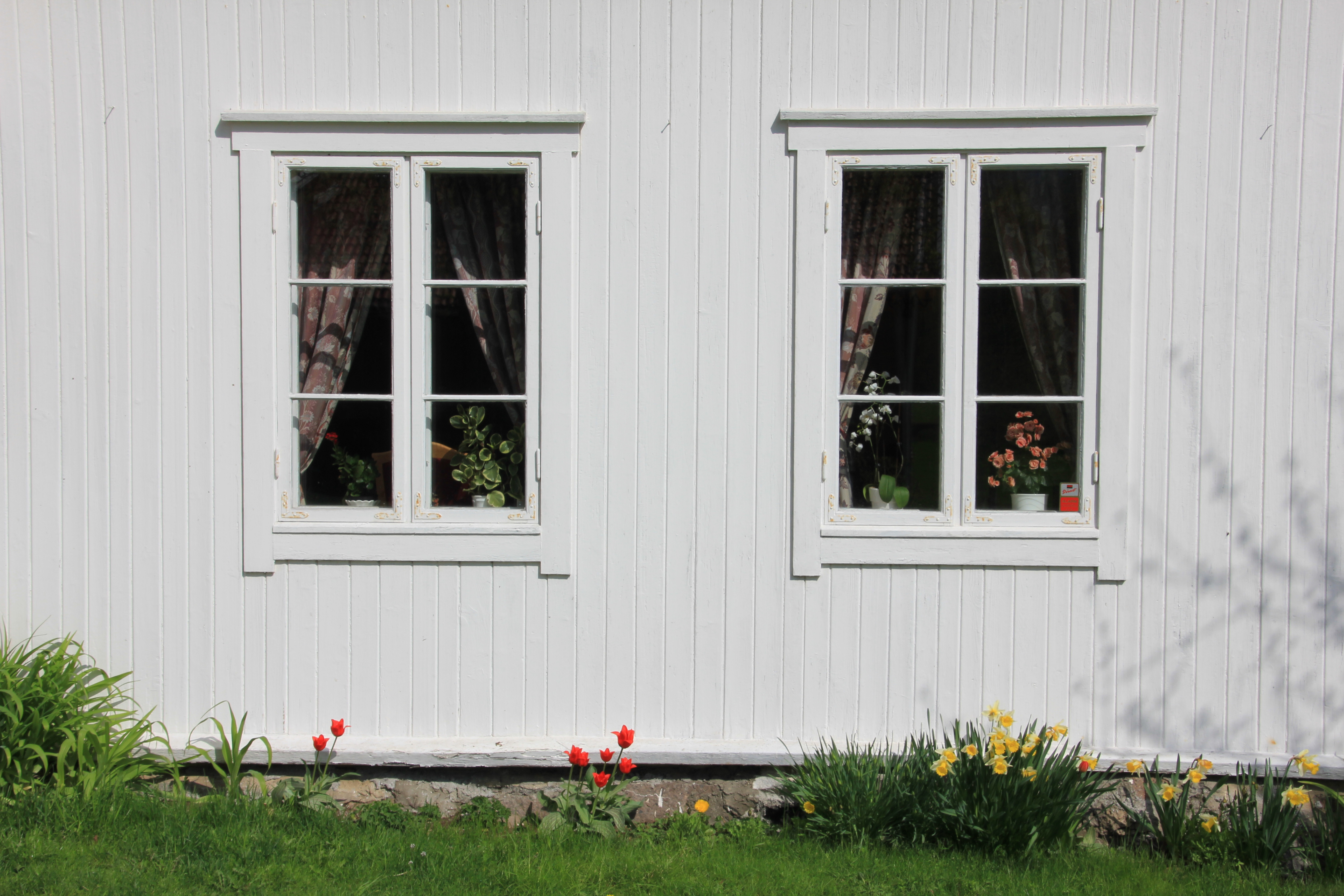 File:Old windows on the farmhouse at Grue, Hurdal, Norway