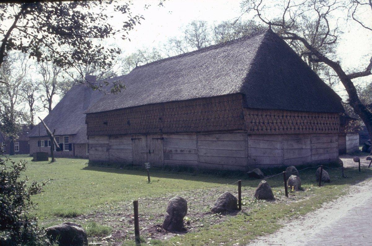 File overzicht schaapskooi met decoratief vlechtwerk op de wanden onder het rieten dak aalden - Kantoor onder het dak ...