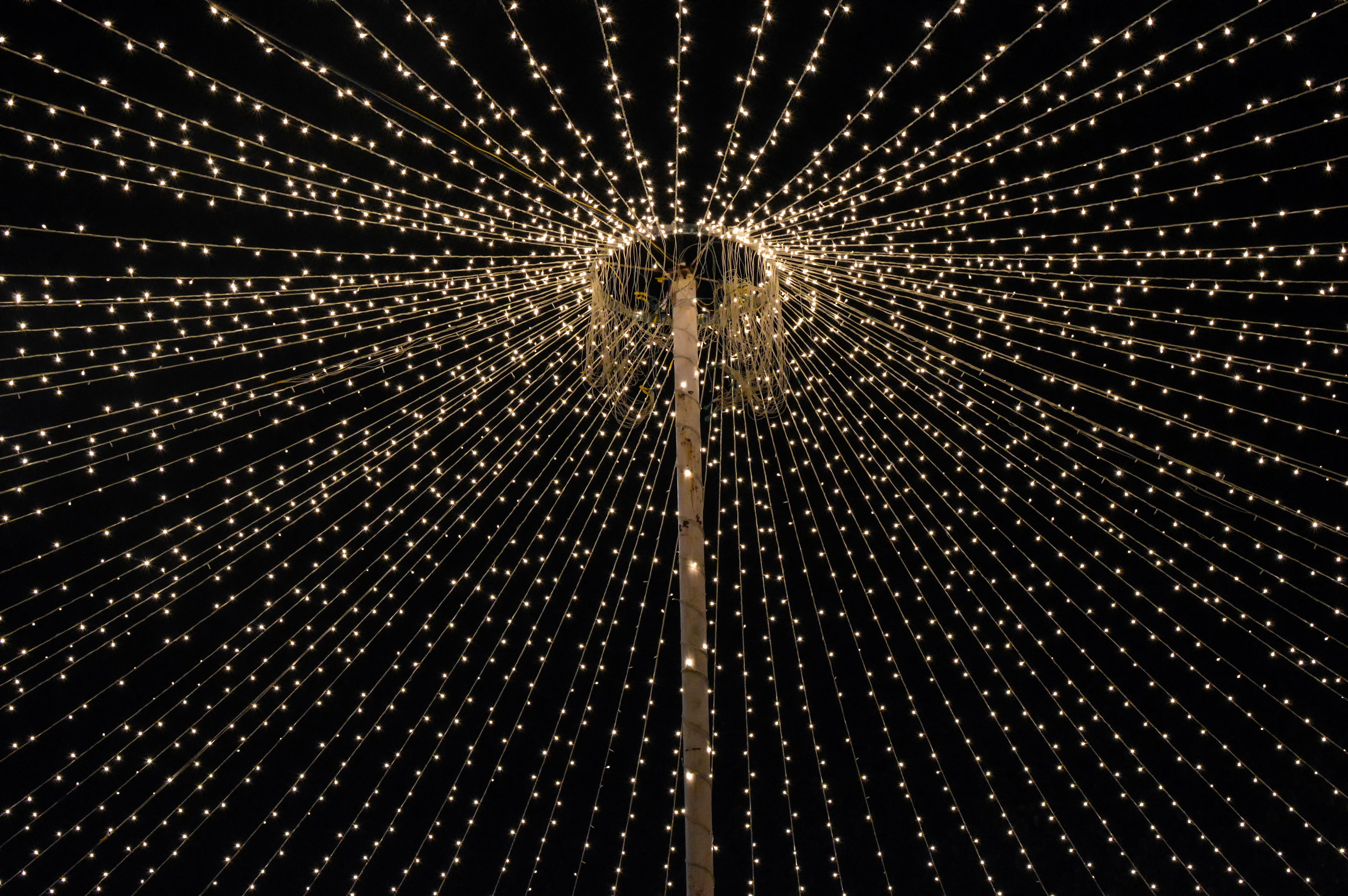 File:Rice Lights Converging To A Center In A Outdoor Party Decoration