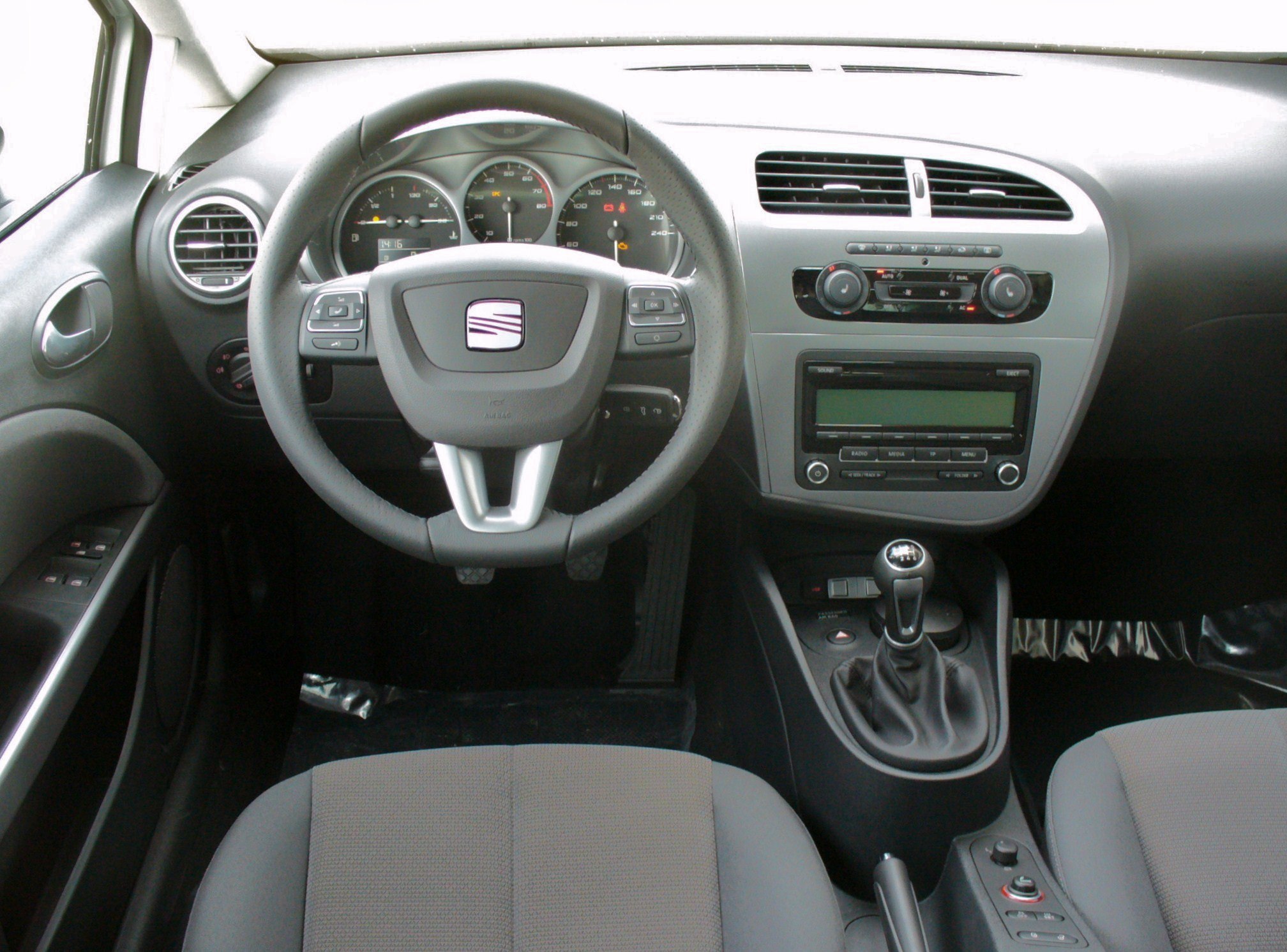https://upload.wikimedia.org/wikipedia/commons/3/3a/Seat_Leon_1P_Facelift_1.4_TSI_Style_Candywei%C3%9F_Interieur.JPG