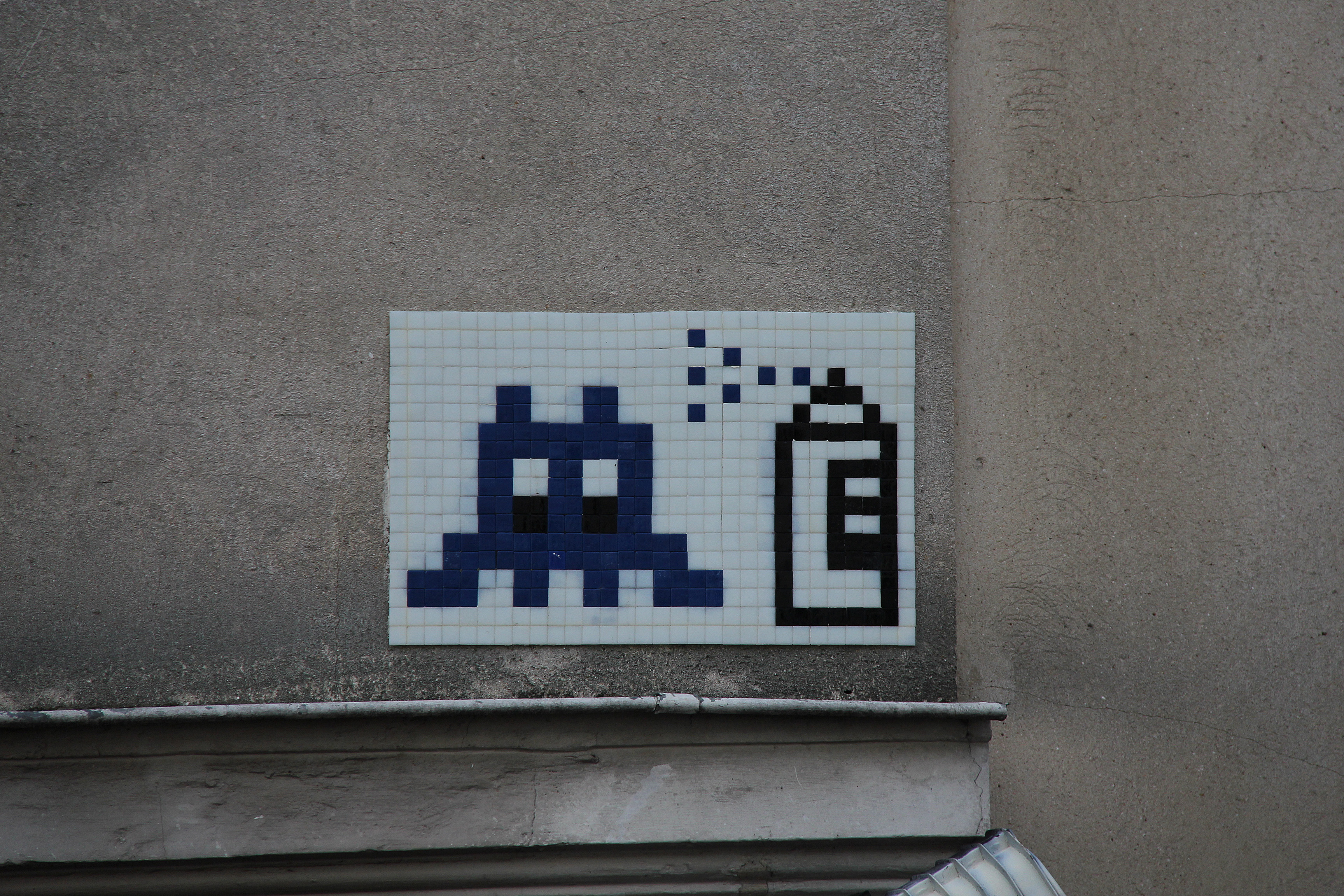 FileSpace Invaders And Spray Can Mosaic Graffiti In Parisjpg - Amazing graffiti alters perspective space