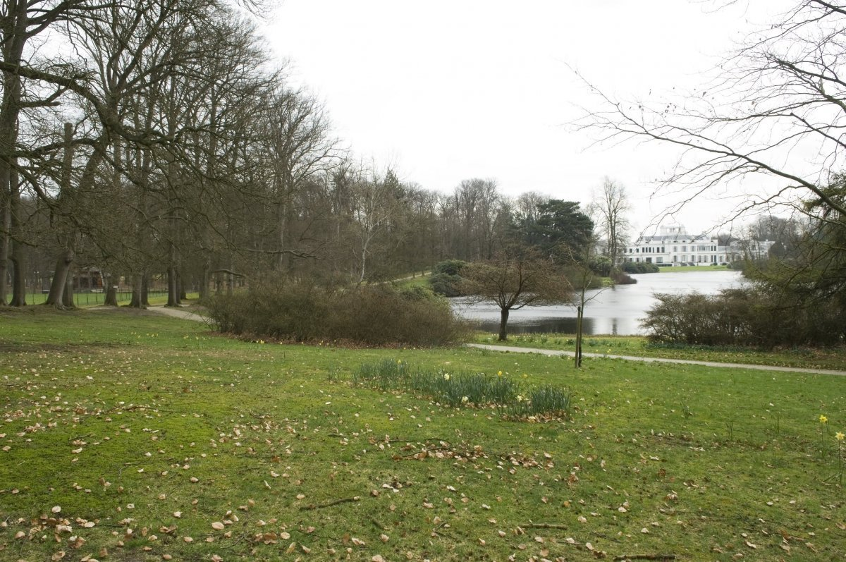 Tuin Paleis Soestdijk : File uitzicht vanaf de bank in de tuin van paleis soestdijk