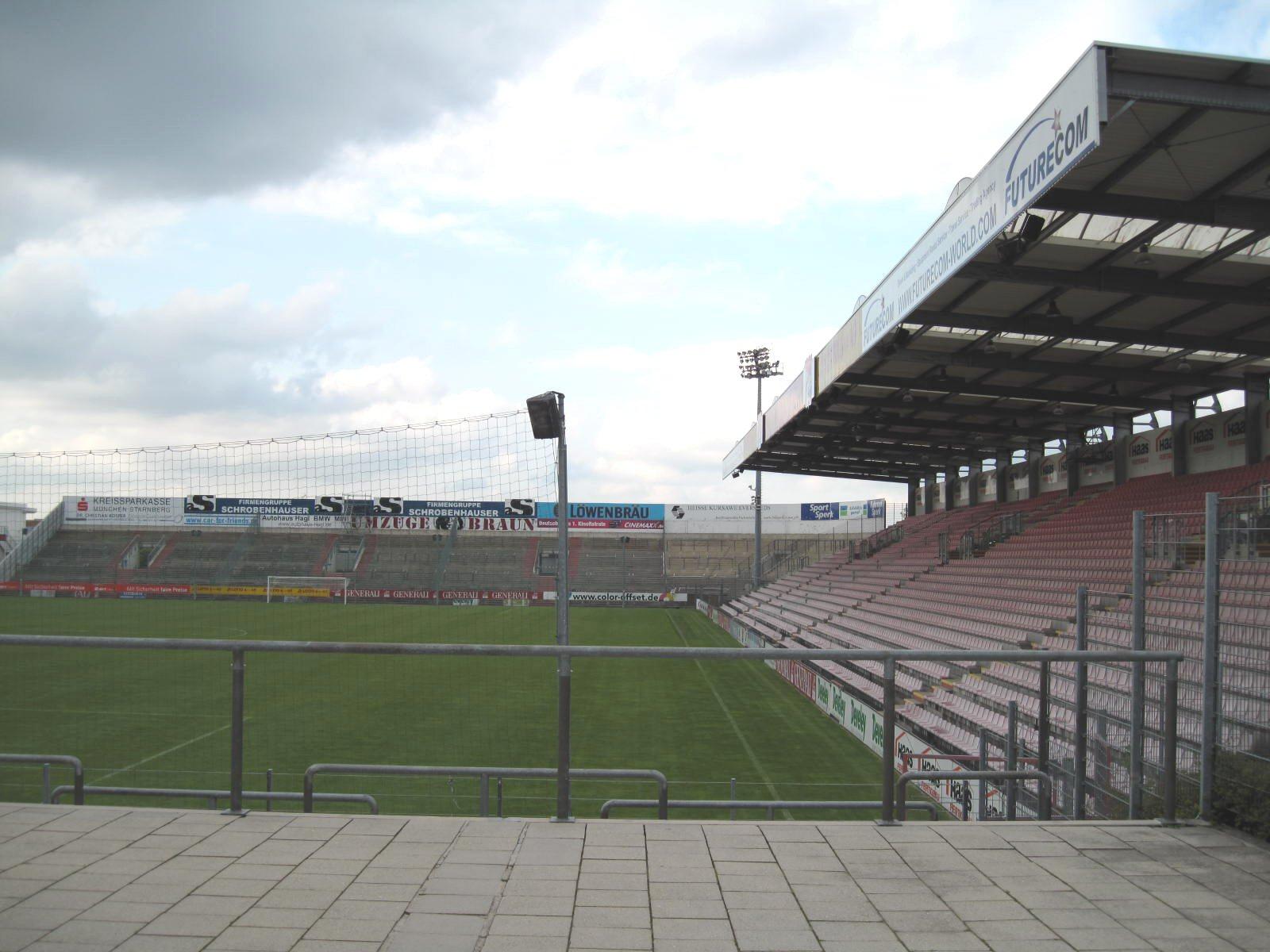 Blick auf Nord- und Osttribüne des Sportparks Unterhaching