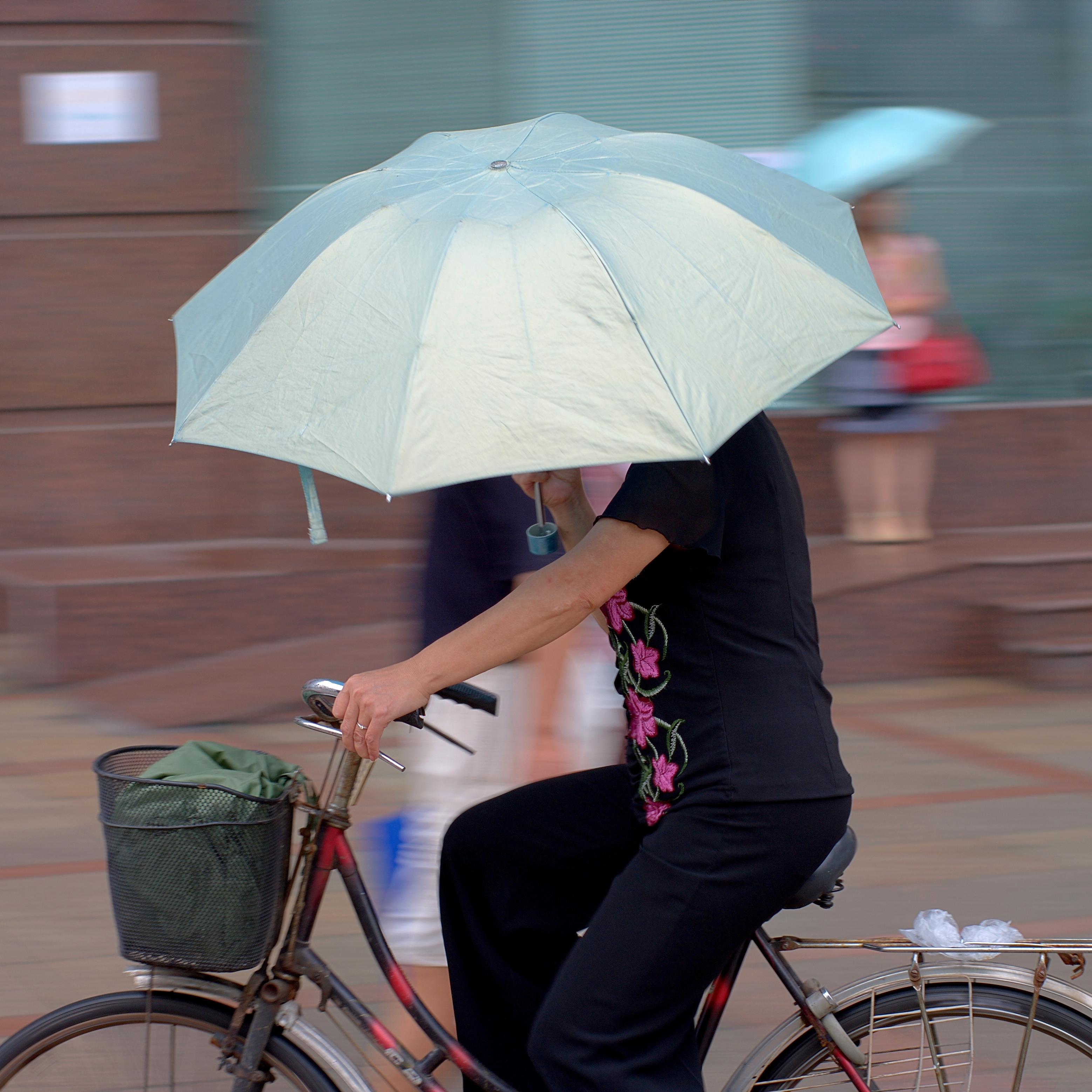 File Woman Riding A Bike Under Rain Jpg Wikimedia Commons