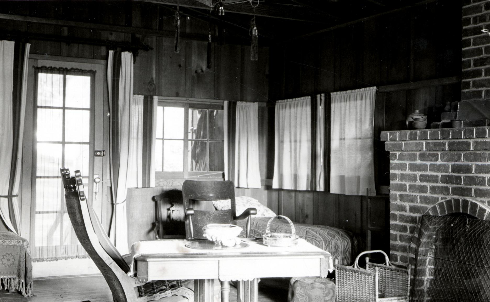 File 1926 Interior Of The Seymour Cottage On The Russian