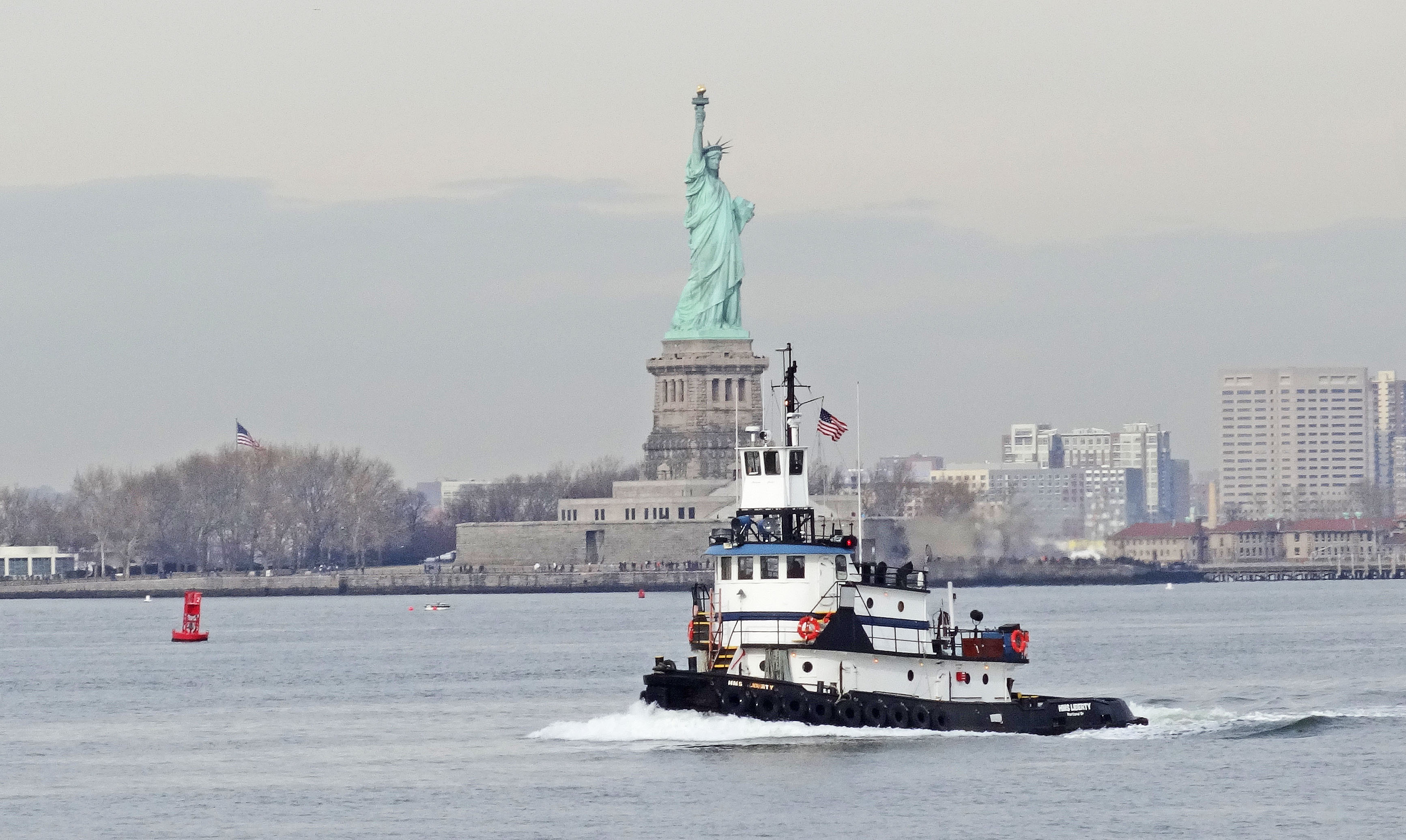 File 2013dec20 tugboat hms liberty passing by statue of for Unique dates in nyc