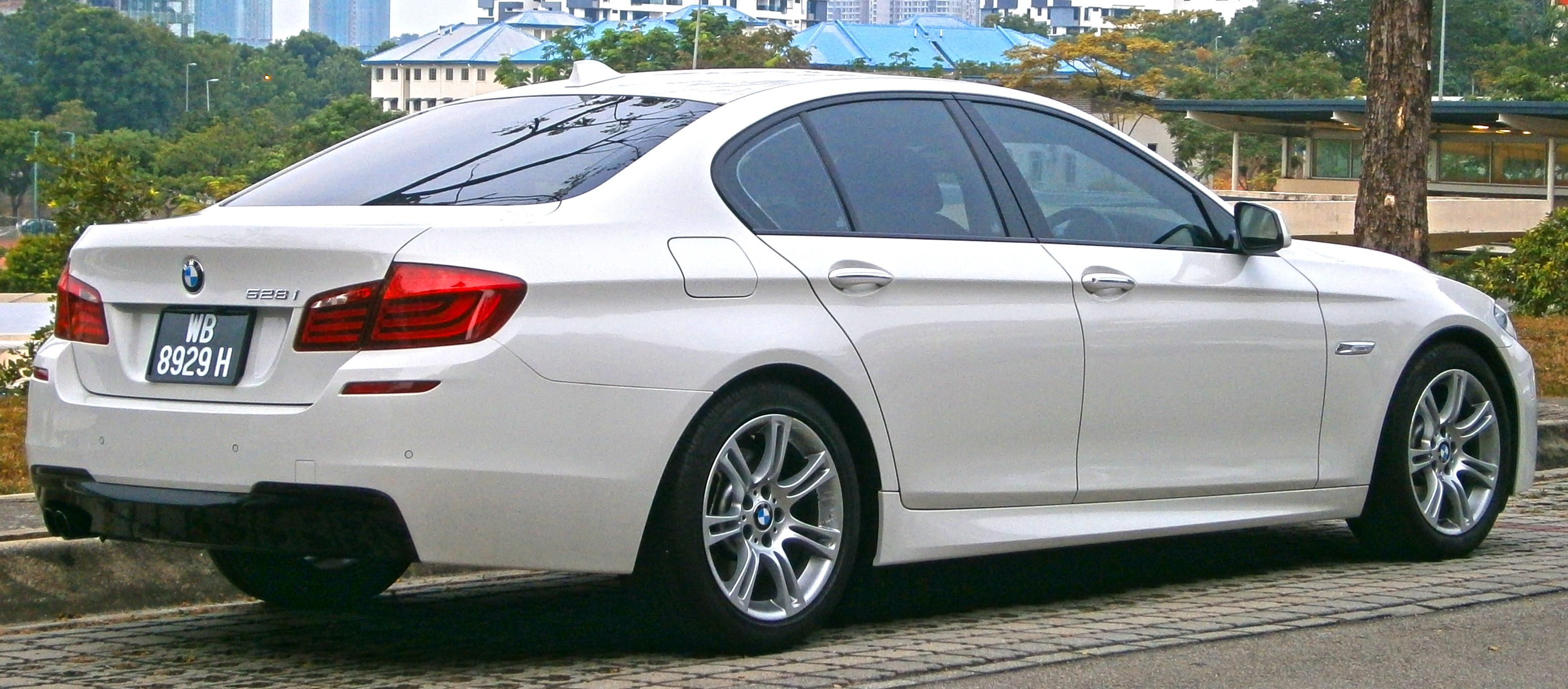 File:2015 BMW 528i (5 Series, F10) M Sport 4-door sedan