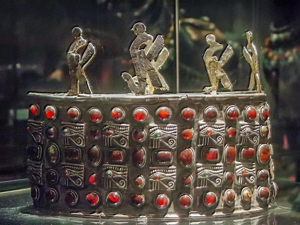 ARTE EN LA ANTIGUA NUBIA A_post-Meroitic_era_Nubian_royal_crown_from_Ballana_Tomb_118_by_John_Campana