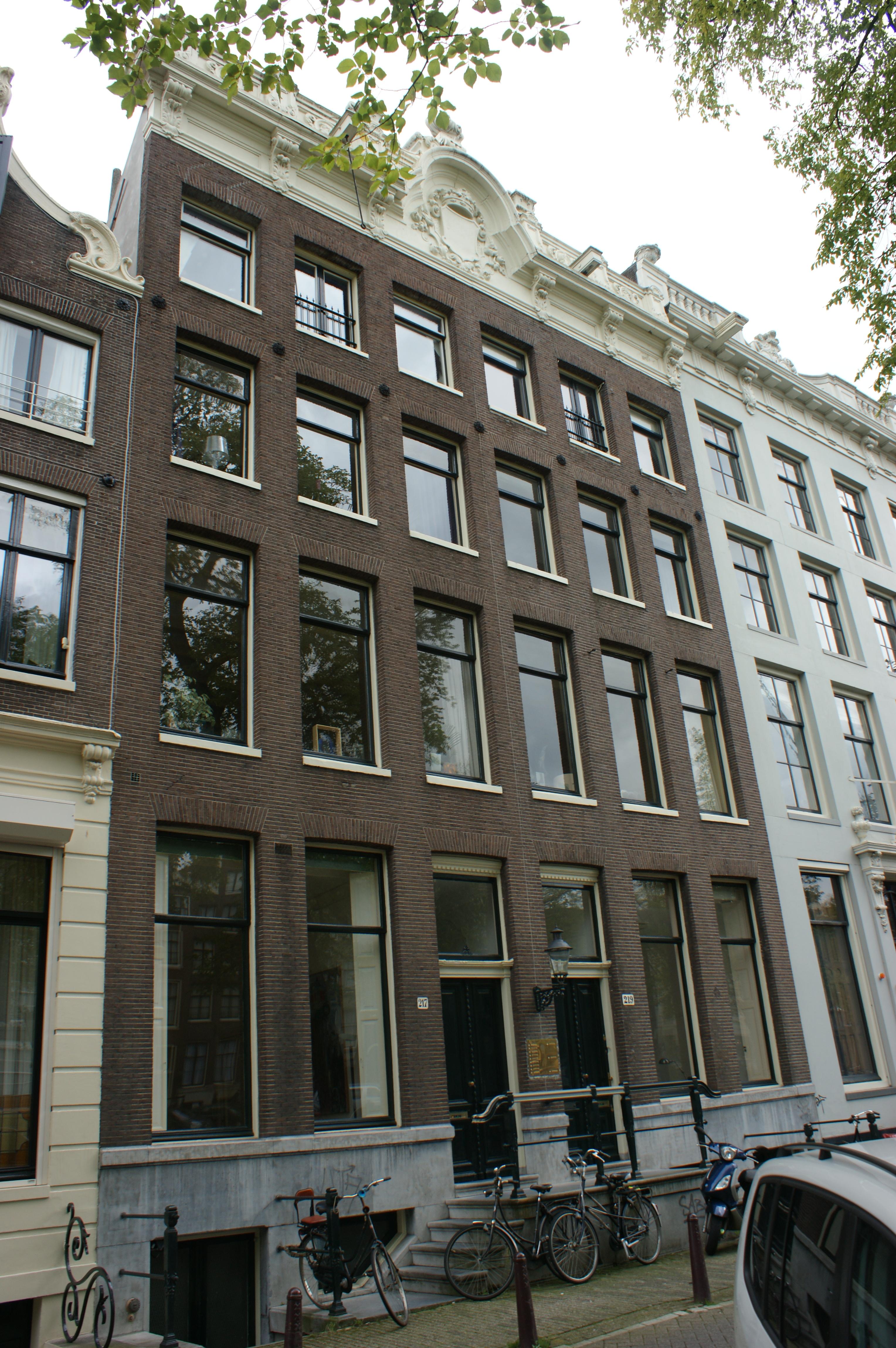 Huis achter gezamenlijke gevel met het nr 217 onder verhoogde lijst met consoles empire deur in - Huis gevel ...