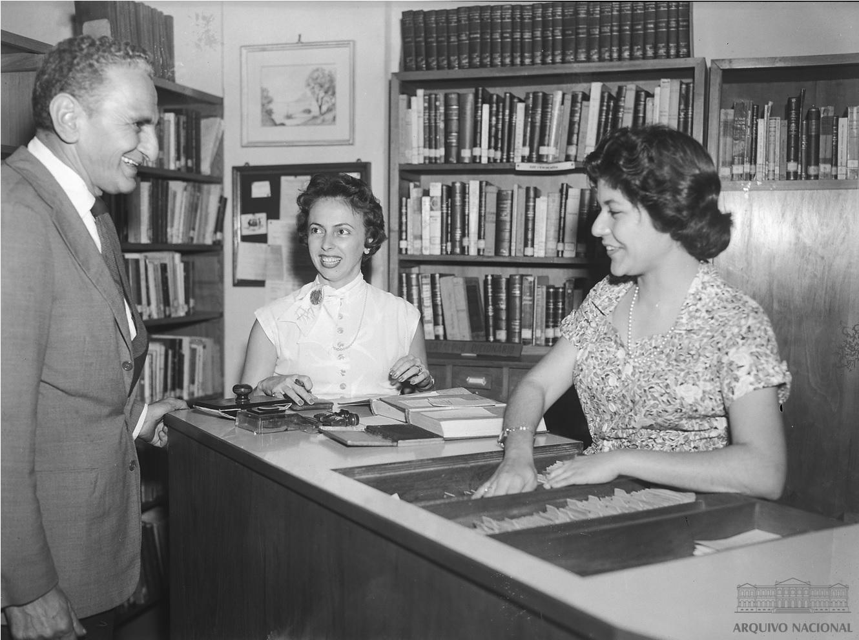 File:Bibliotecárias nas Biblioteca Popular de Botafogo, Rio de Janeiro,  1957.jpg - Wikimedia Commons