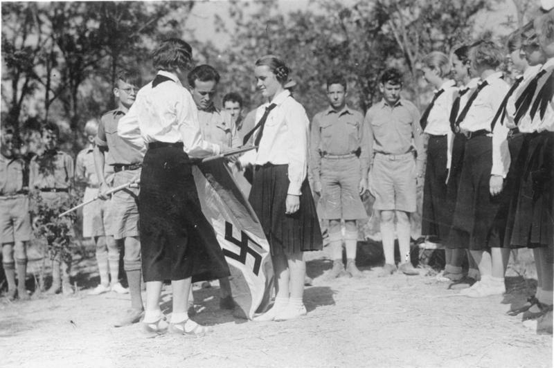 Bundesarchiv Bild 137-040965, China, Tientsin, HJ und BDM Vereidigung
