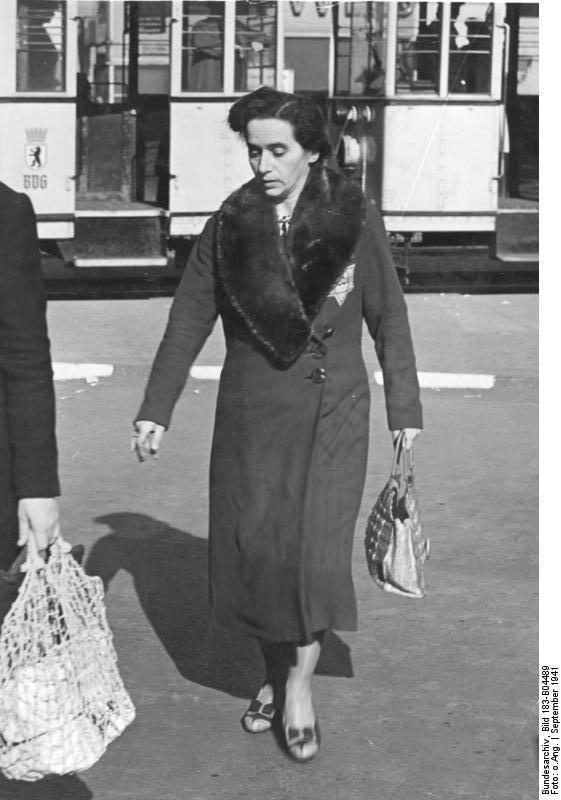 File Bundesarchiv Bild 183 B04489 Berlin Frau Mit border=