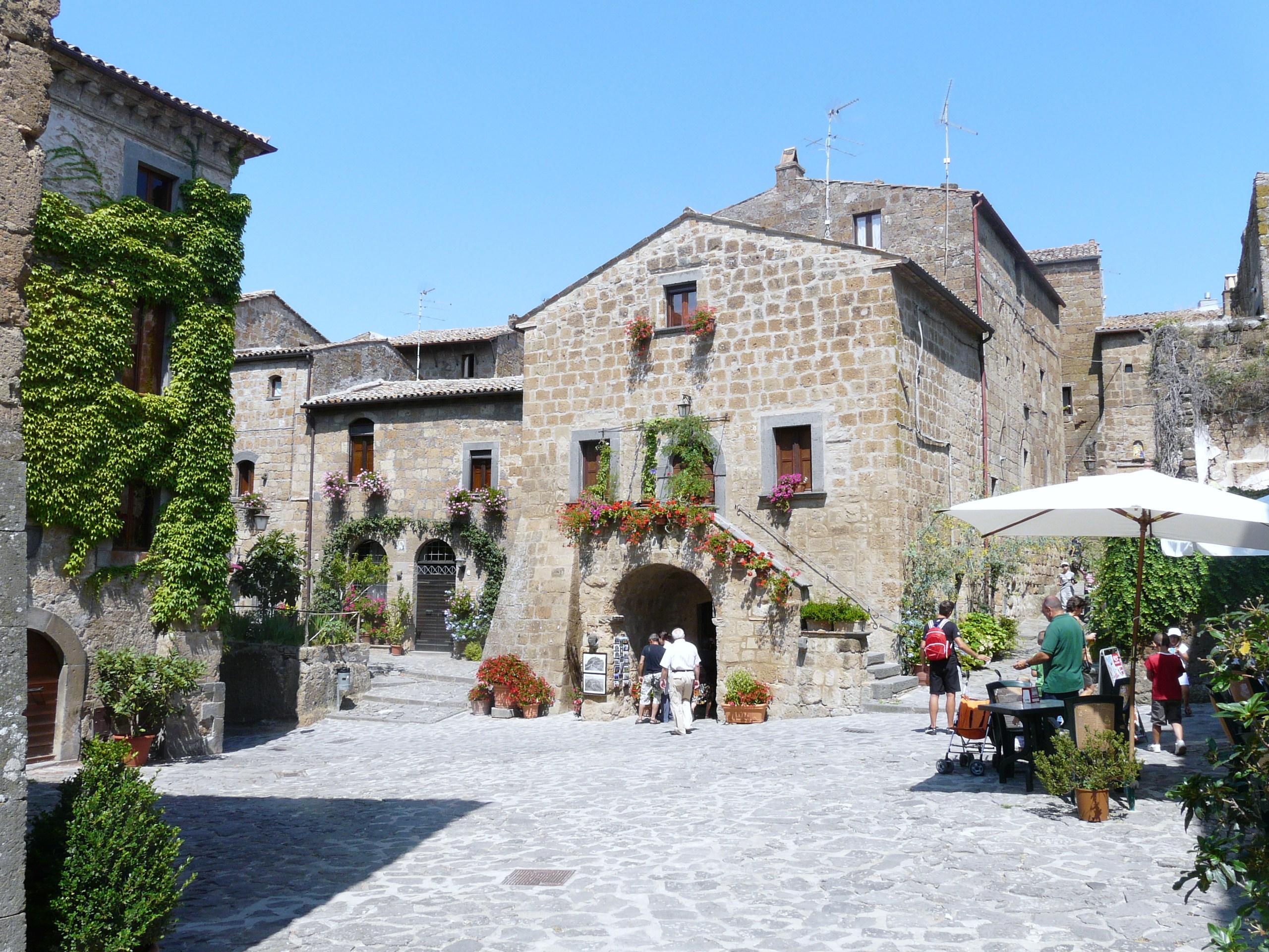 File:Civita di Bagnoregio-piazza.jpg - Wikimedia Commons