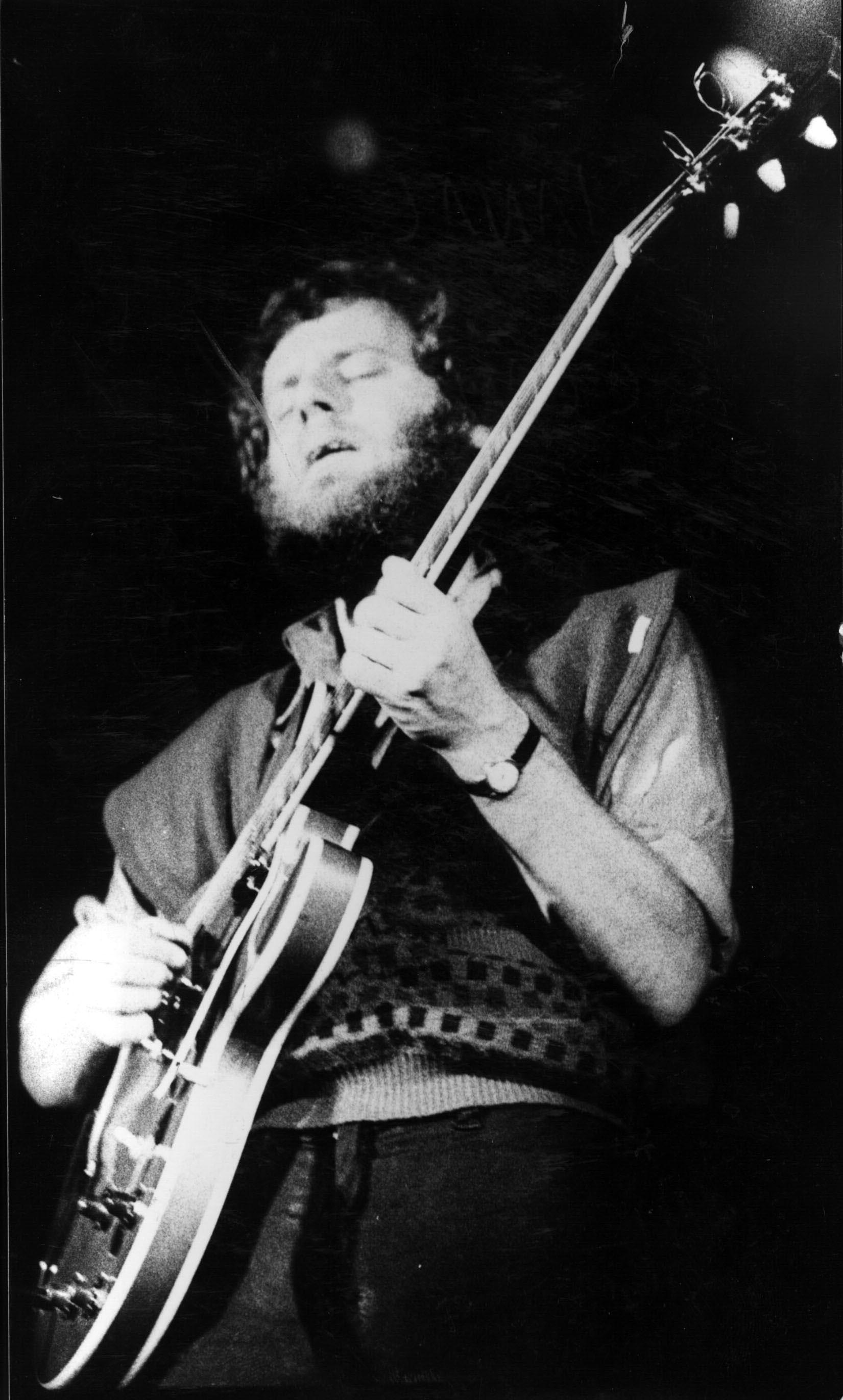 Claudio Gabis tocando en el Estadio Obras Sanitarias, Buenos Aires, Argentina (1981).