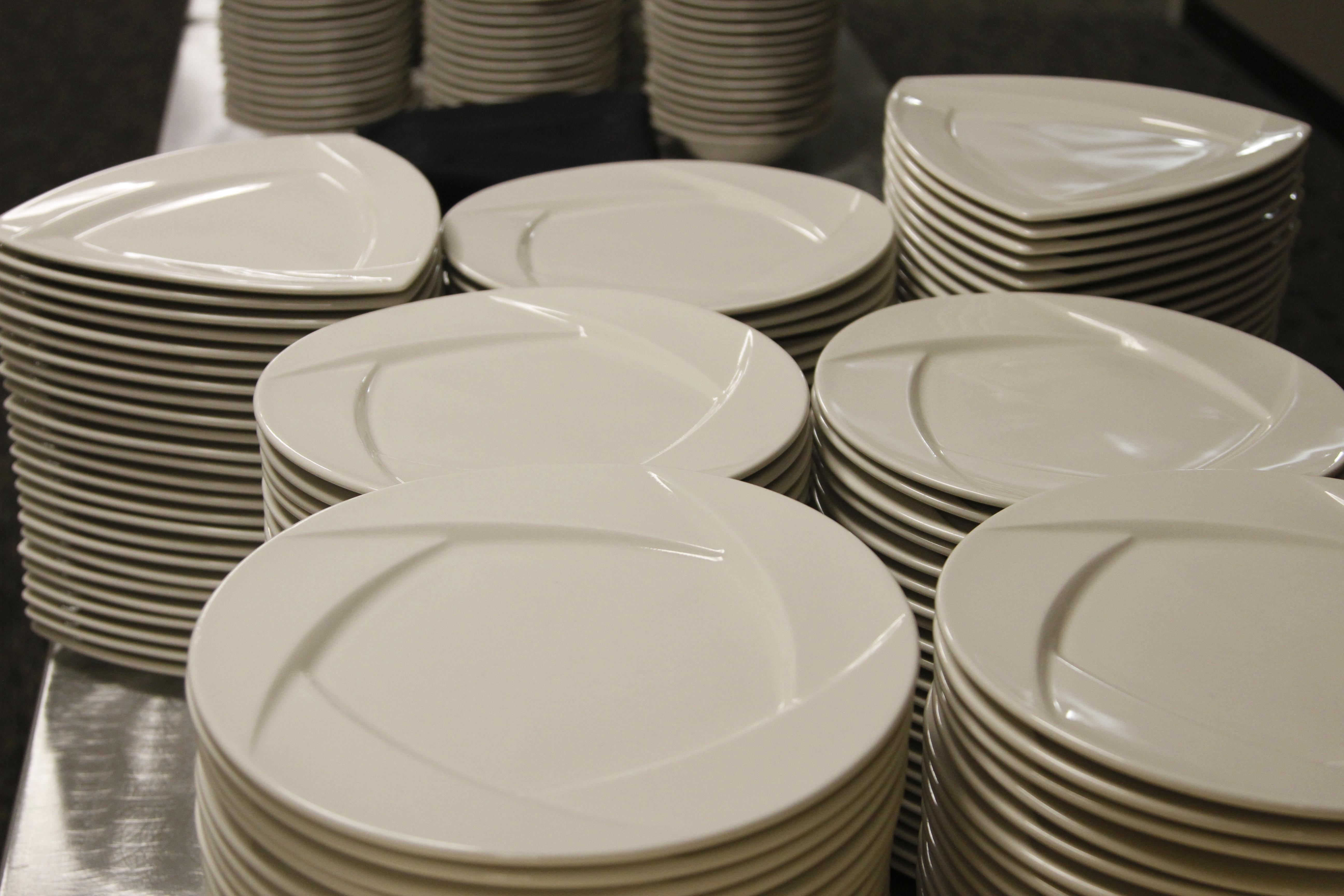 FileDinner plates.jpg & File:Dinner plates.jpg - Wikimedia Commons