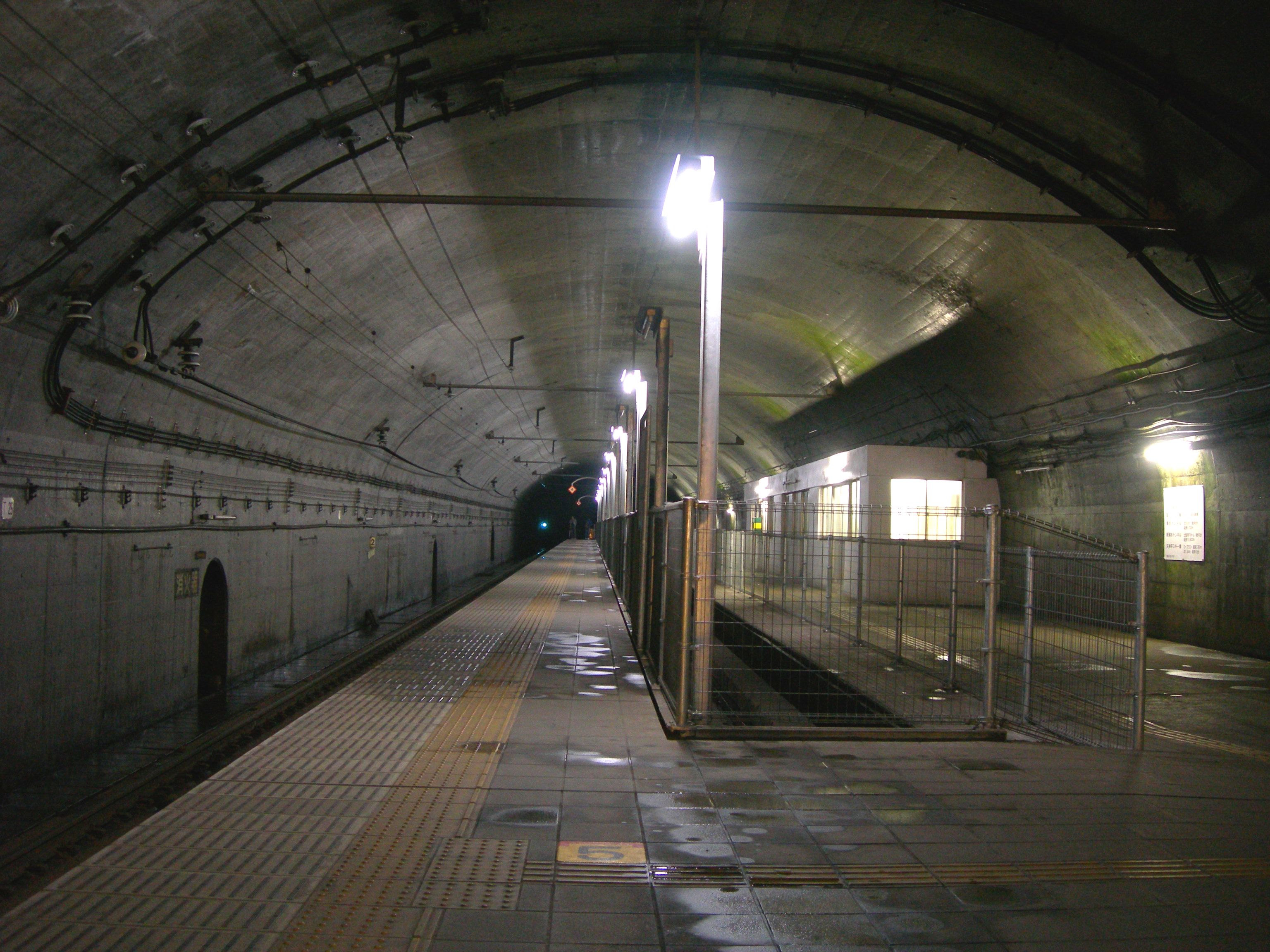 https://upload.wikimedia.org/wikipedia/commons/3/3b/Doai-Station-Platform_for_Nagaoka.jpg