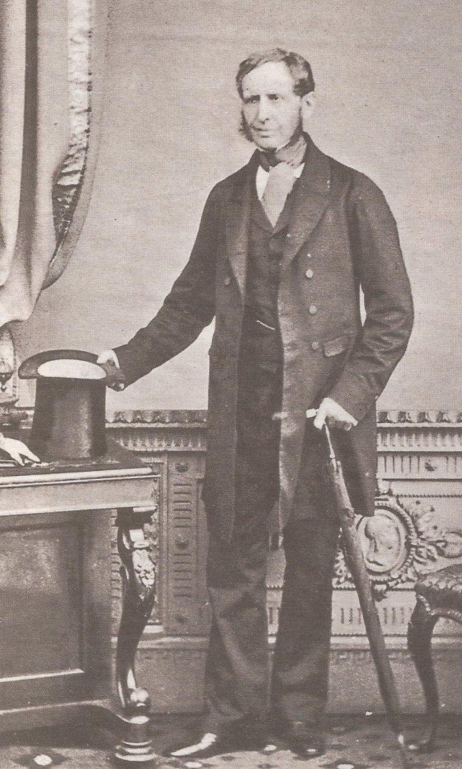 Fitzroy em retrato fotográfico feito por volta de 1855. Nessa época ele já era célebre pelas pesquisas meteorológicas, mas sua saúde e condição financeira começavam a declinar.