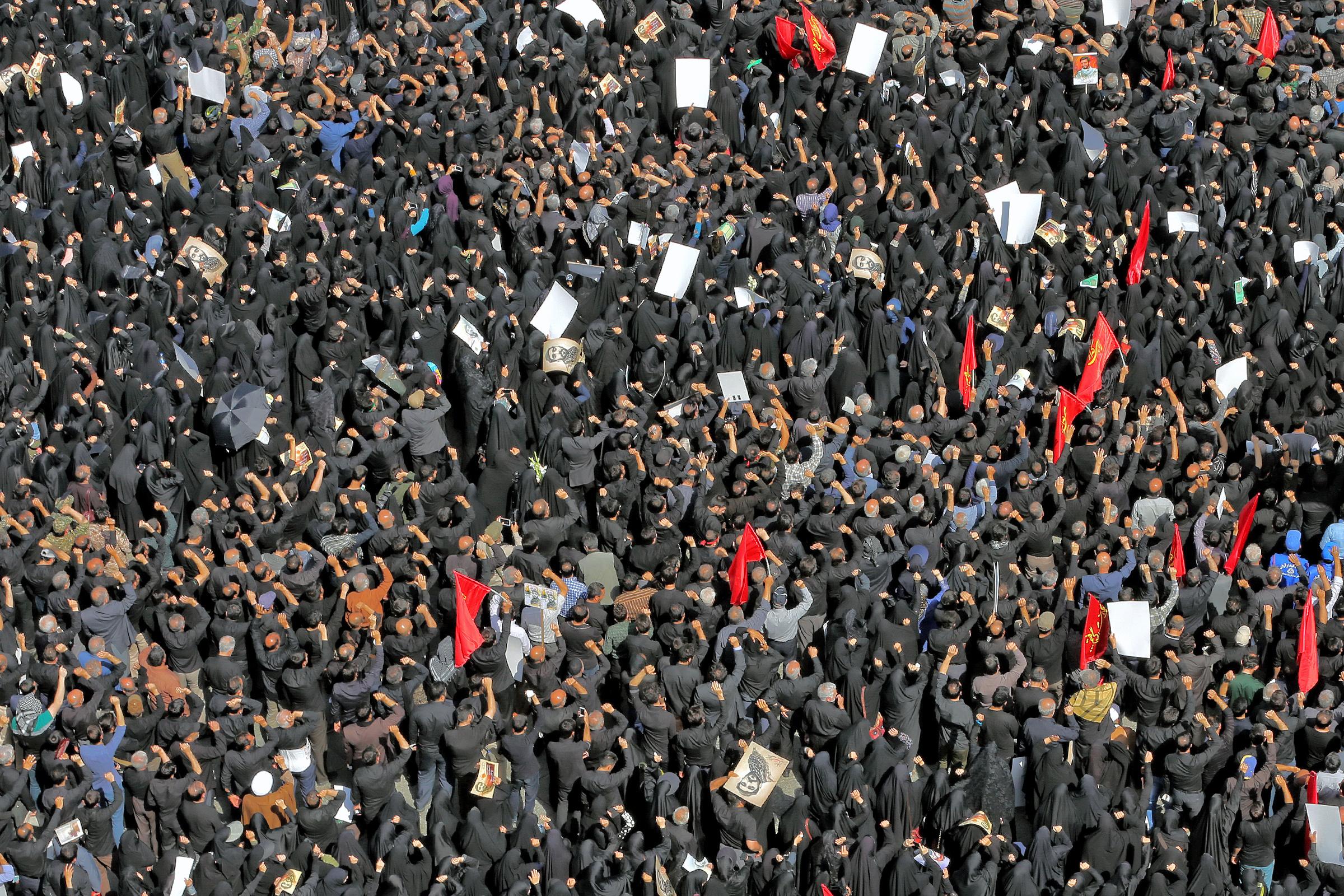 https://upload.wikimedia.org/wikipedia/commons/3/3b/Funeral_of_Mohsen_Hojaji_in_Tehran_037.jpg