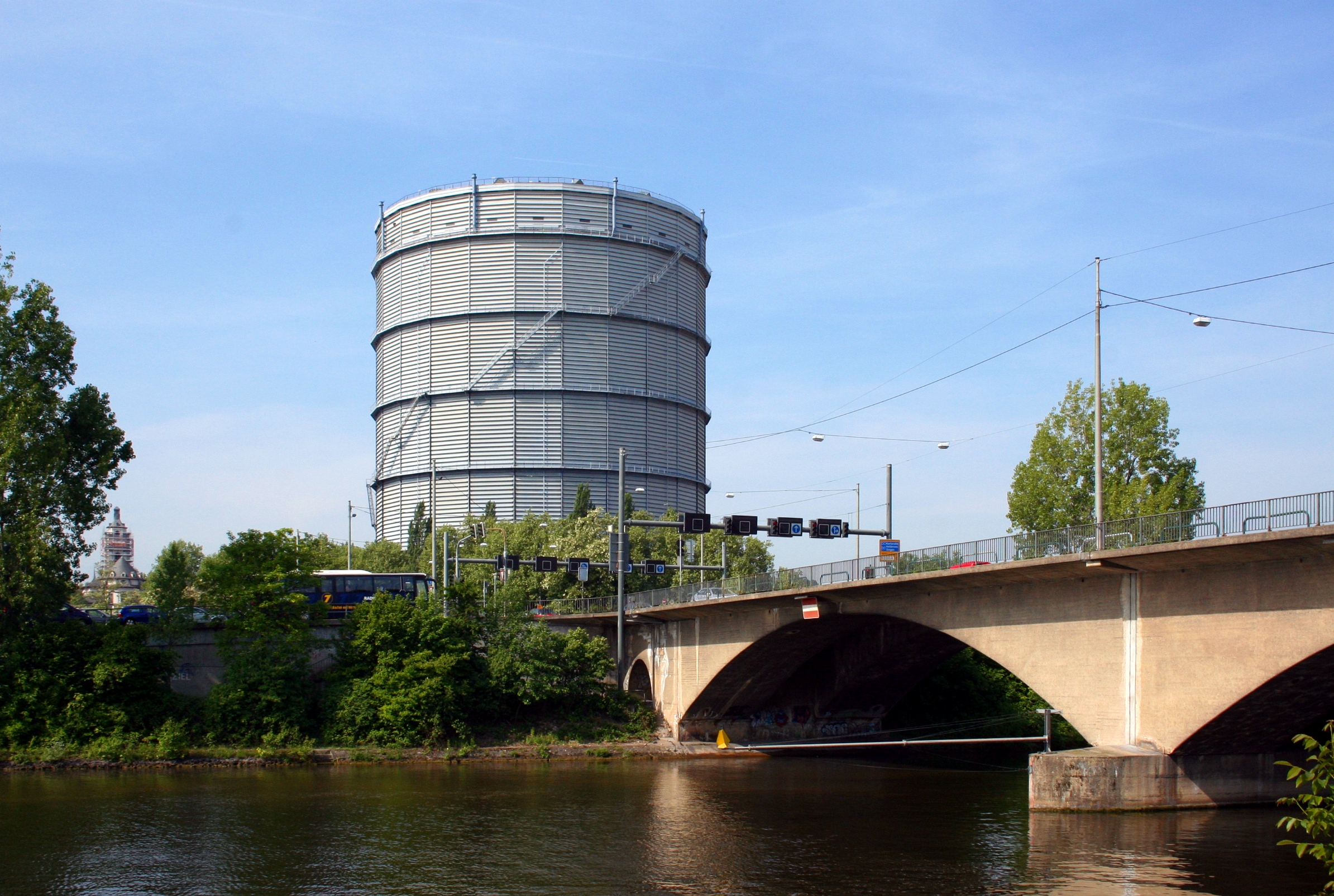 File:Gaisburger Bruecke Gaskessel Stuttgart.jpg - Wikimedia Commons