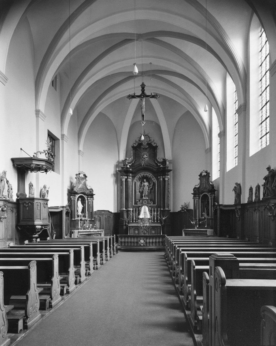 https://upload.wikimedia.org/wikipedia/commons/3/3b/Interieur_van_de_kapel_naar_het_oosten_-_Sittard_-_20200085_-_RCE.jpg