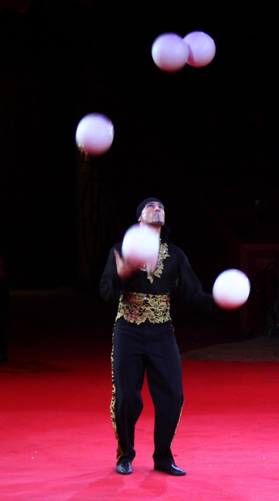 Jonglierender Zirkusartist
