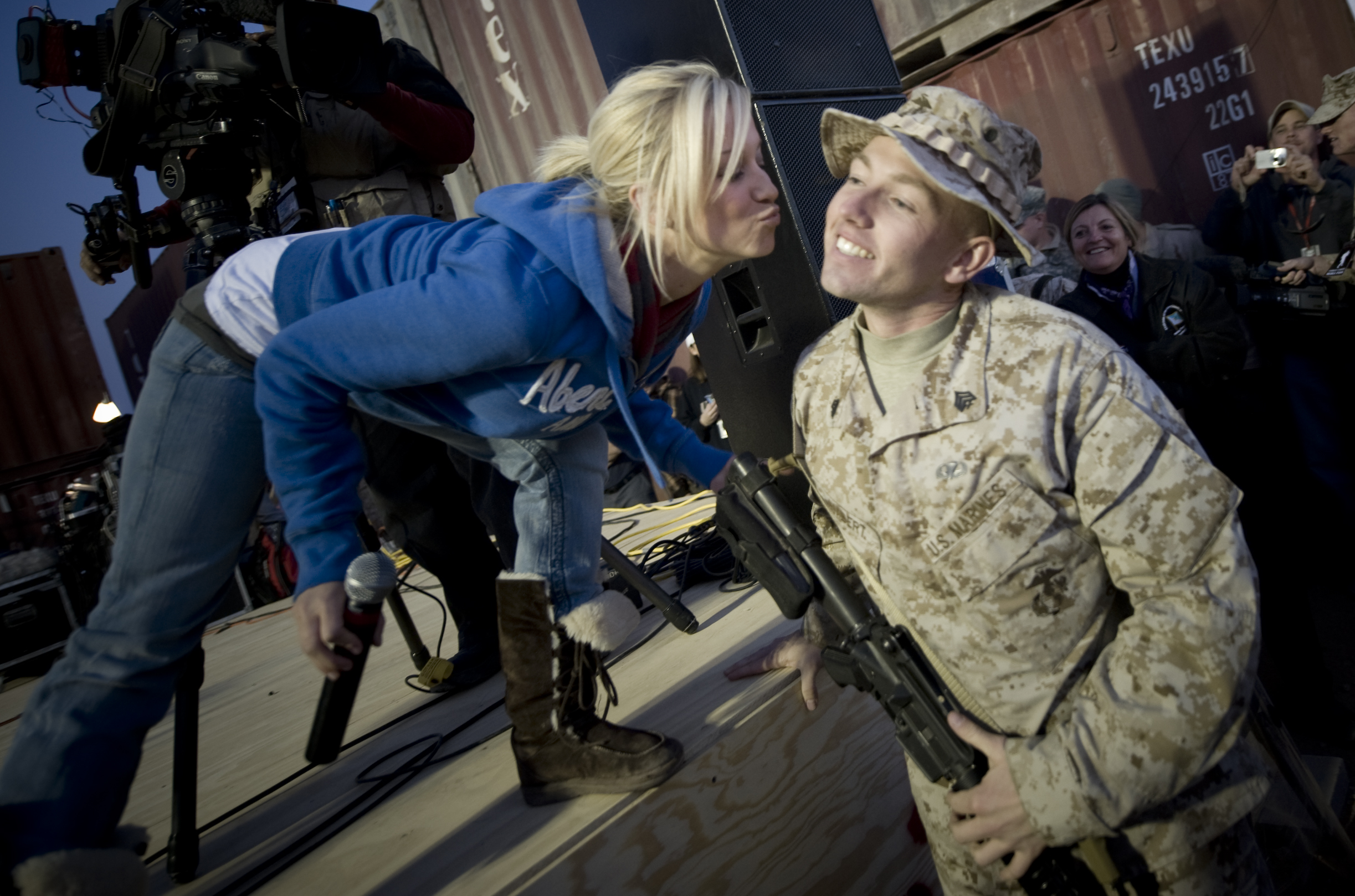 file-kellie-pickler-marine-kiss-jpg