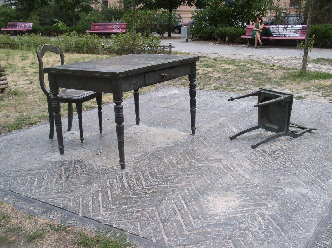 Skulptur Koppenplatz Berlin - Der verlassene Raum - Quelle: WikiCommons