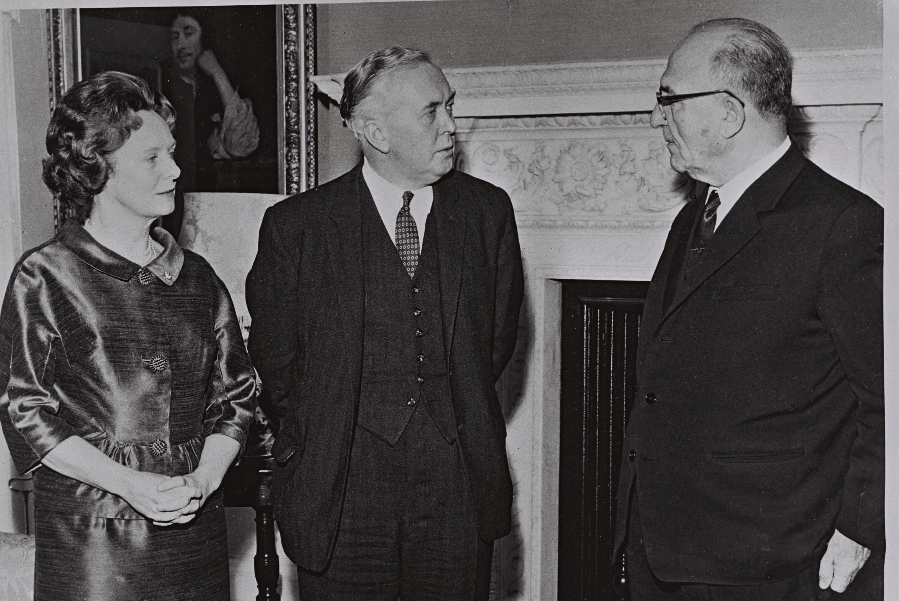 File Levi Eshkol With Harold Wilson And Mary Wilson Jpg Wikimedia Commons