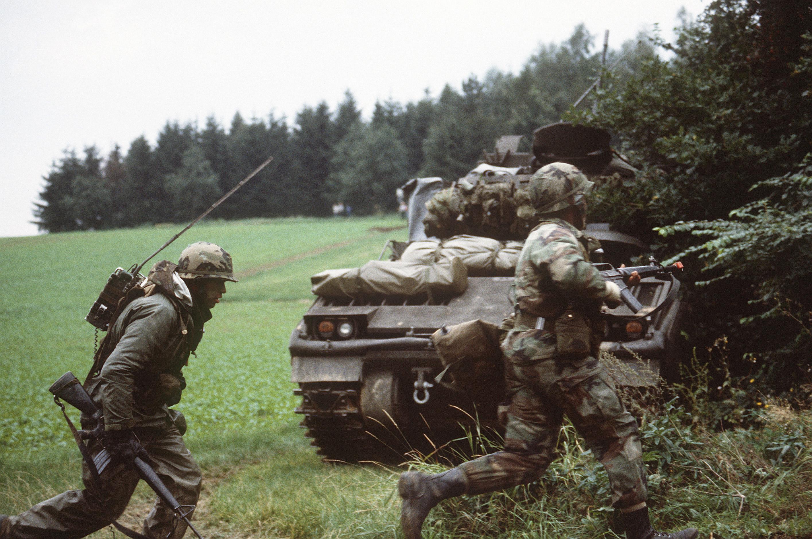 Partie du 10 mars  : Neuenstein, au nord de Bad Hersfeld, 1984 M2_Bradley_and_Infantry_Reforger_1984