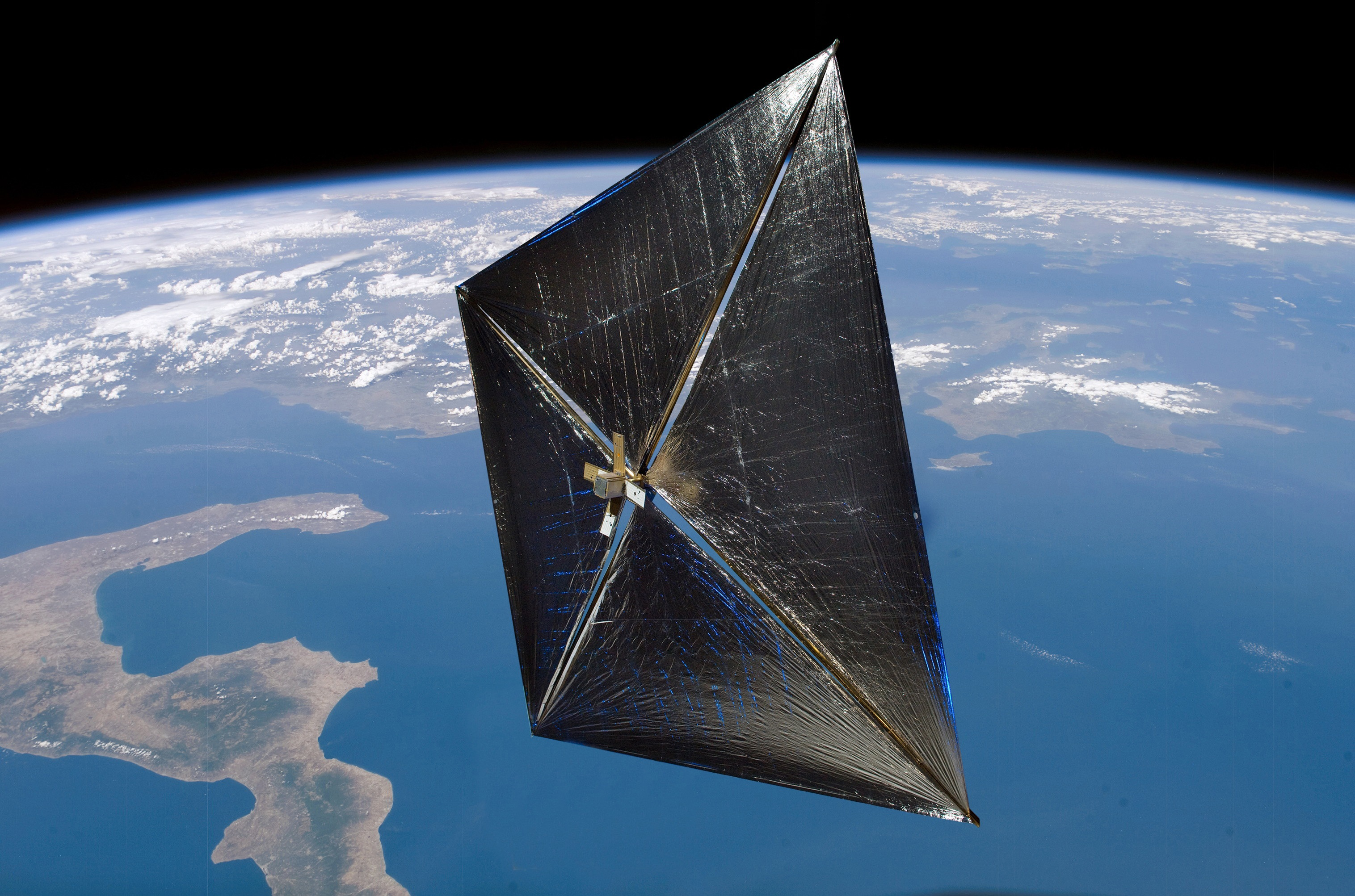 https://upload.wikimedia.org/wikipedia/commons/3/3b/NanoSail-D_in_orbit_%28artist_depiction%29.jpg