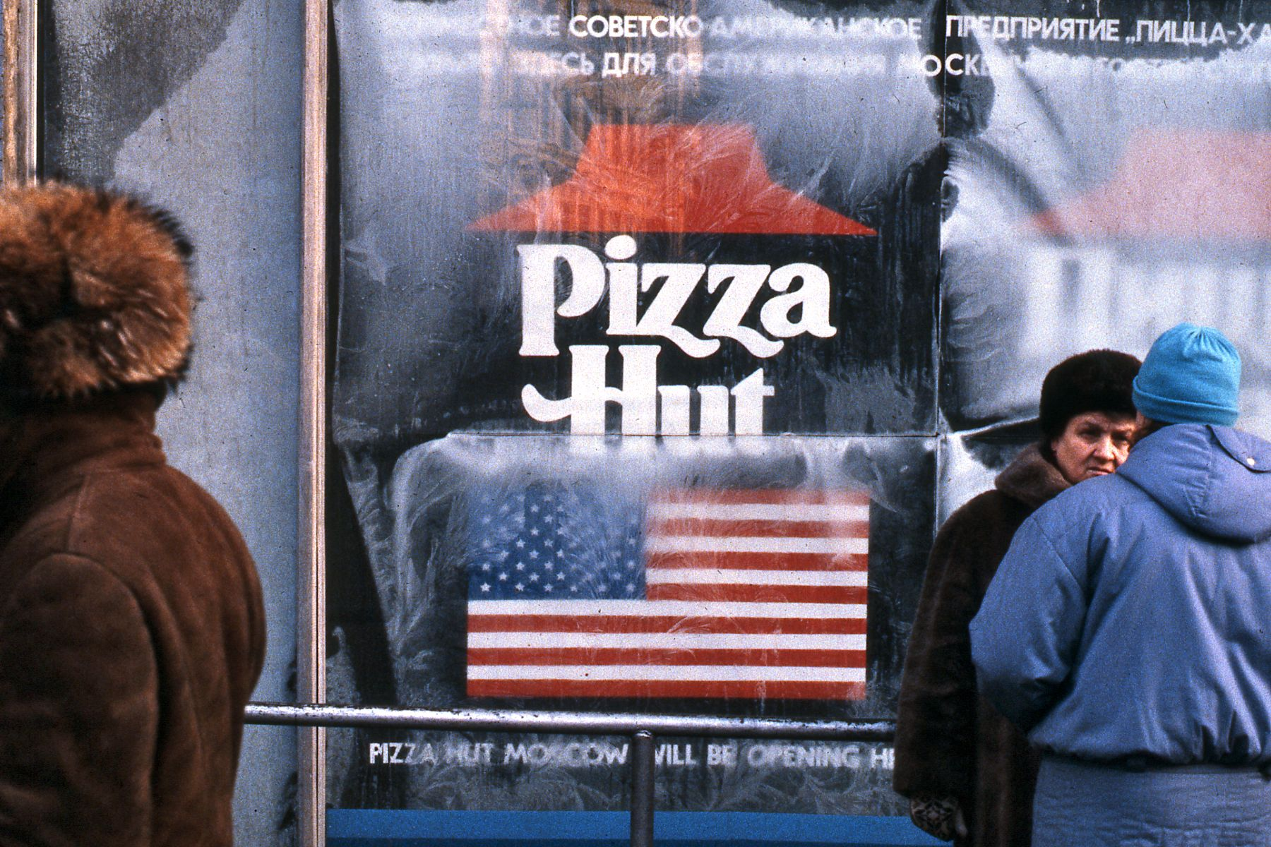 https://upload.wikimedia.org/wikipedia/commons/3/3b/Pizza_Hut_sign_in_Moscow%2C_Russia%2C_just_before_the_store_opened%2C_1990.jpg