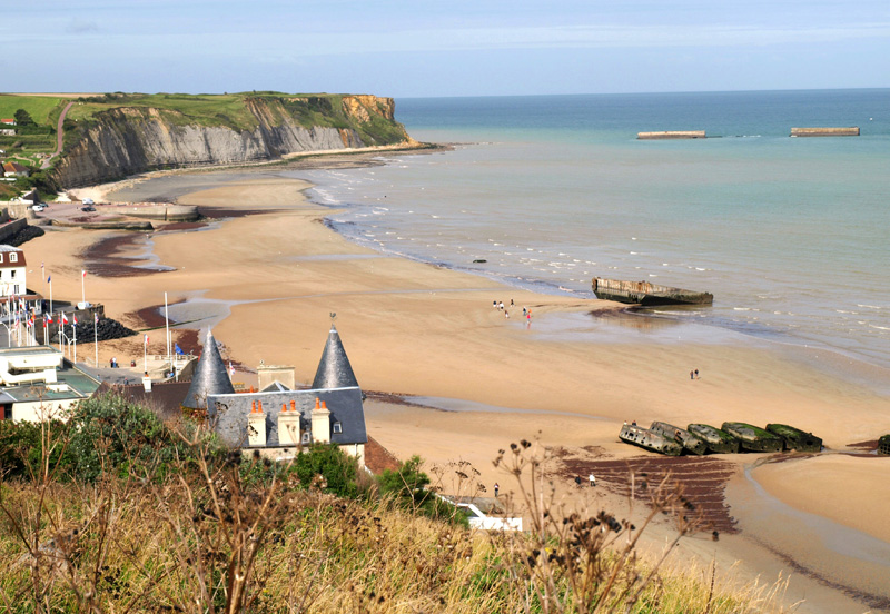 https://upload.wikimedia.org/wikipedia/commons/3/3b/Port_Arromanches.jpg