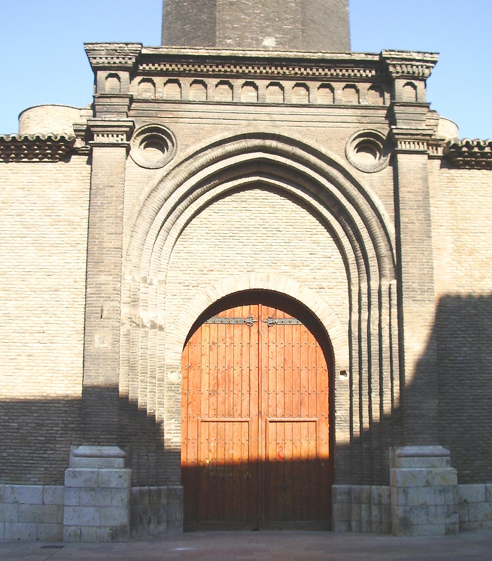 File puerta del fosal iglesia de san pablo zaragoza jpg for Puerta 3 de san marcos