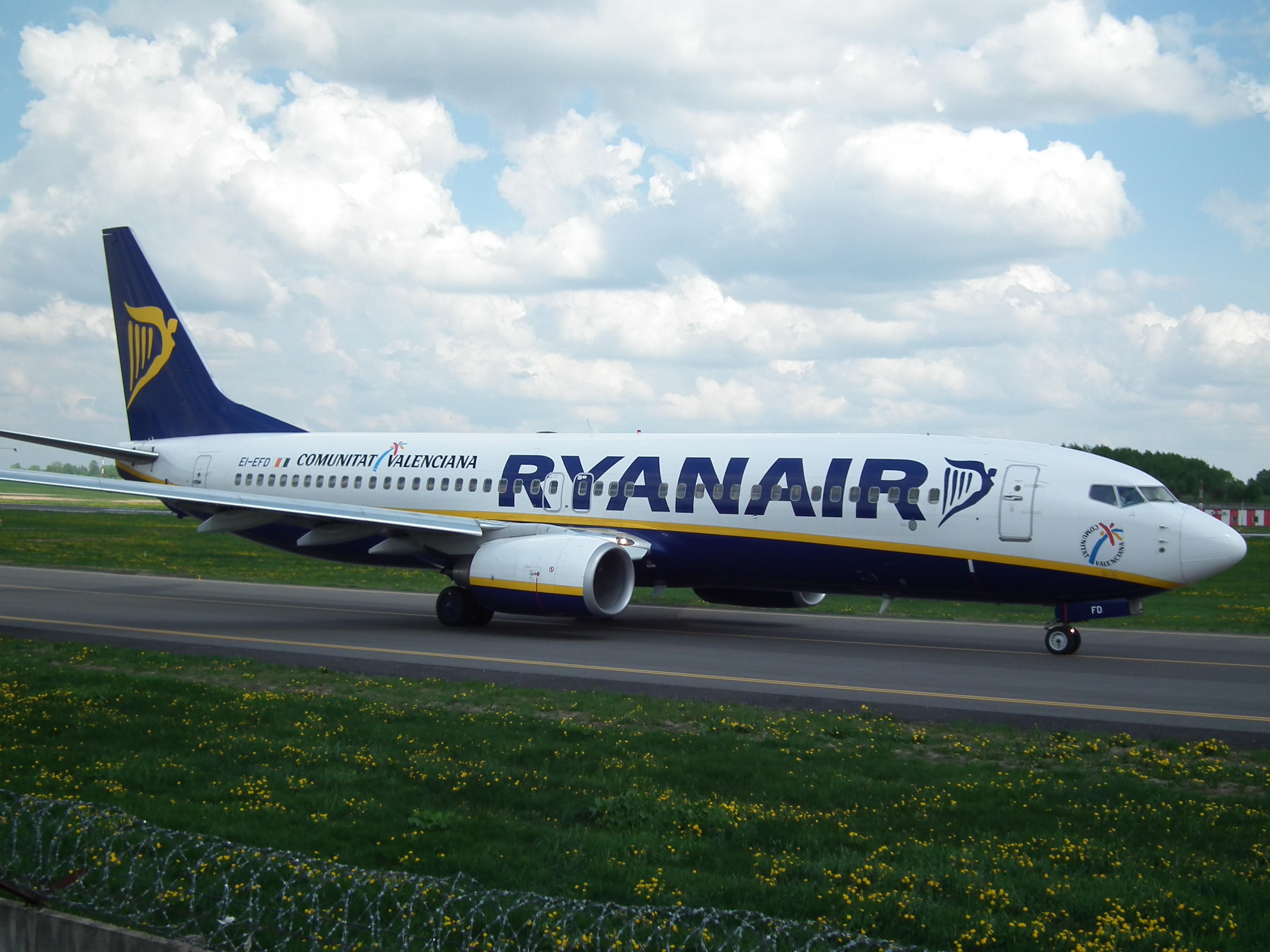 File:Ryanair Boeing 738 taxiing at Vilnius airport.JPG