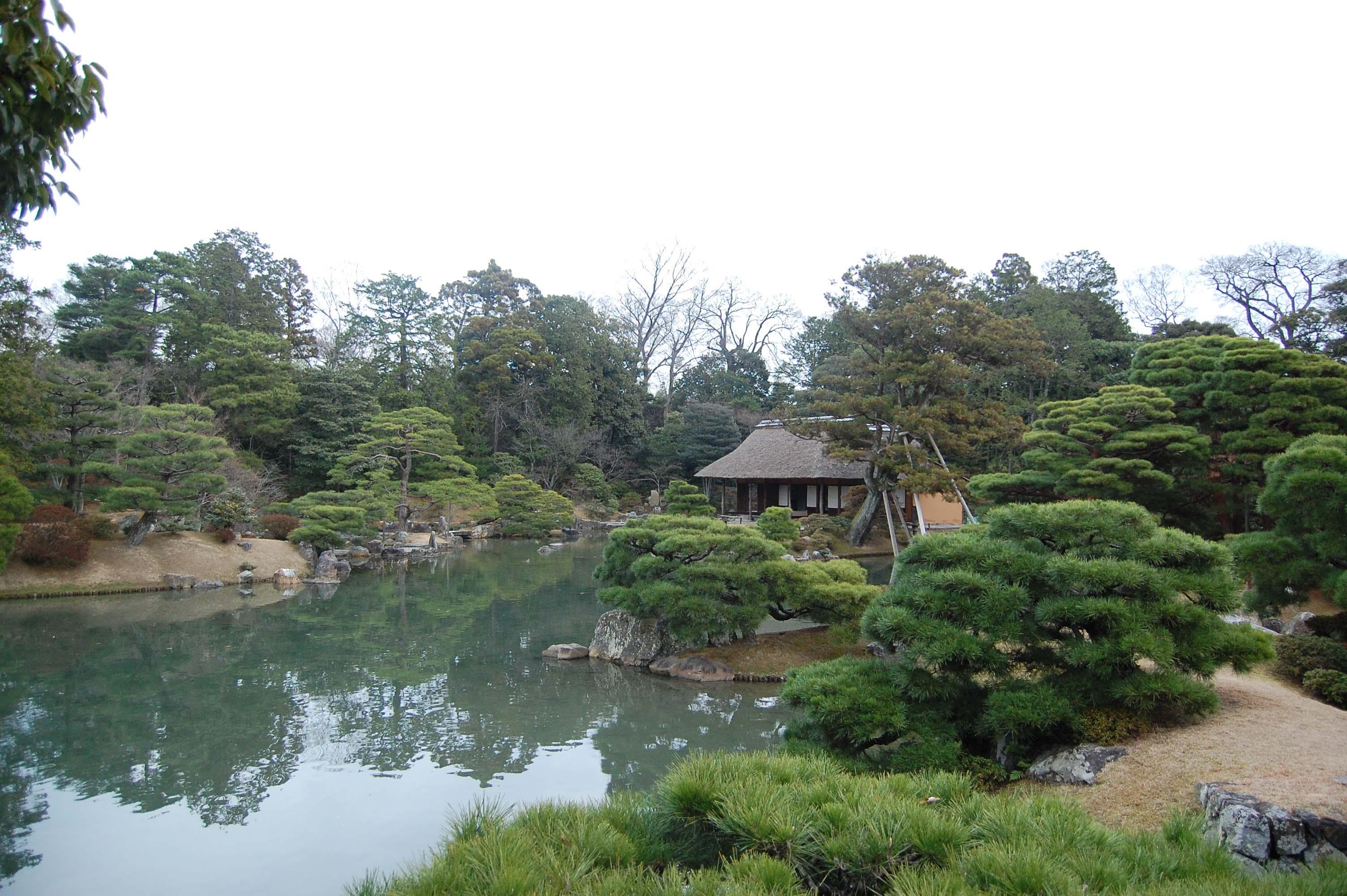 Vista del jardín y del lago en el Palacio de retiro imperial Katsura.