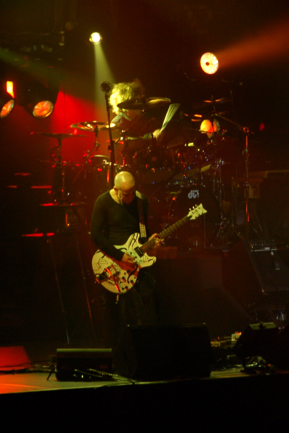 Porl Thompson en concierto en Singapur