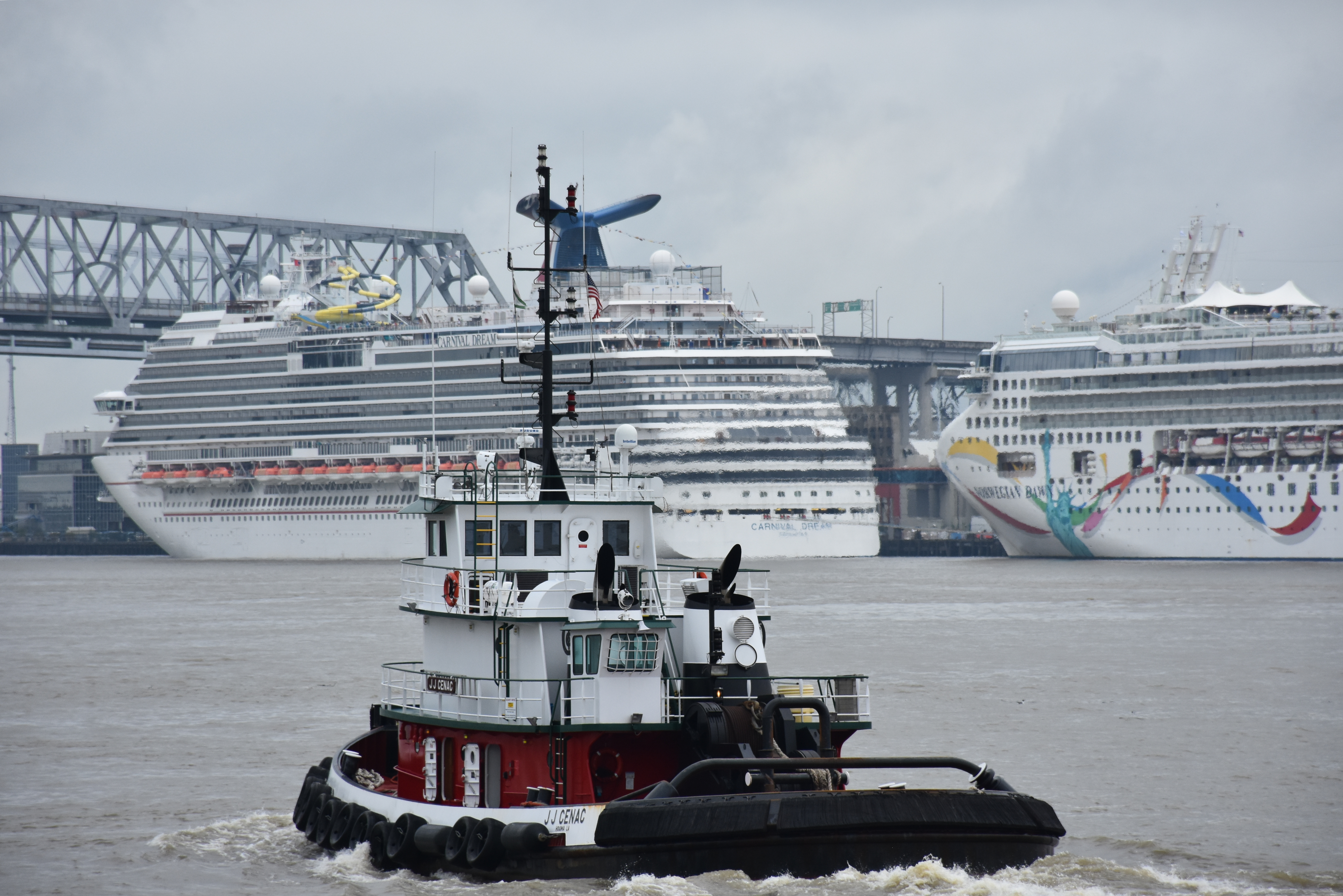 FileTug Boat And Cruise Ships Near New Orleans JPG Wikimedia - Cruise ships new orleans