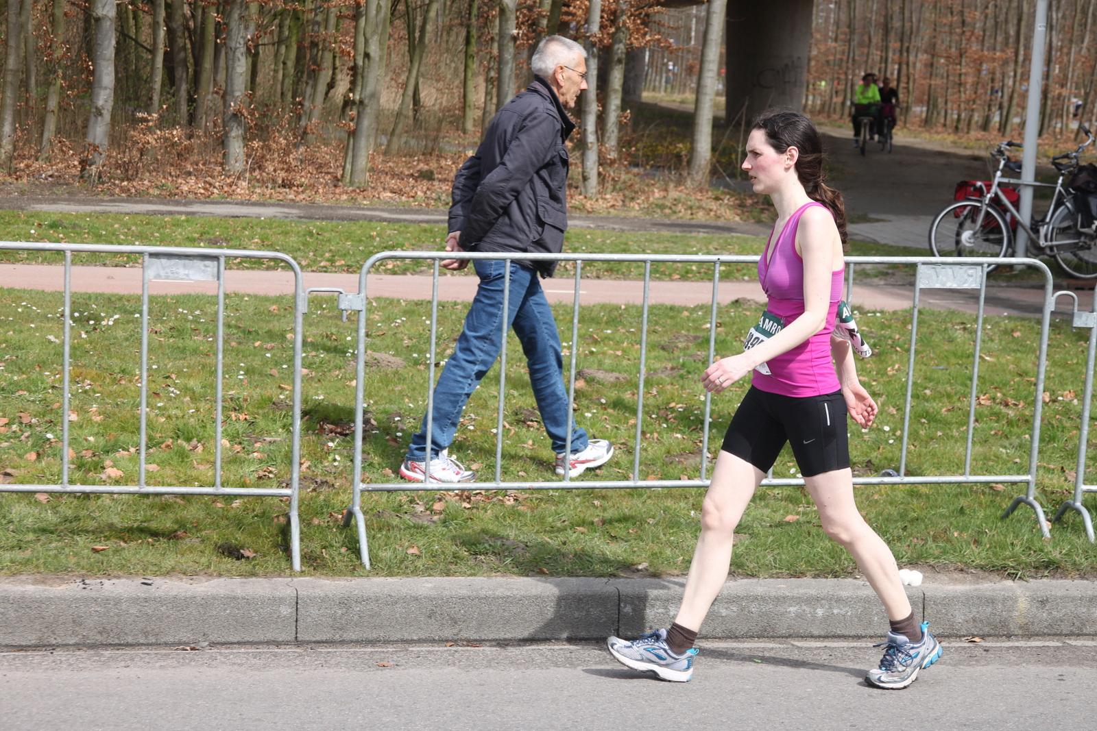 File:Walking woman dur...