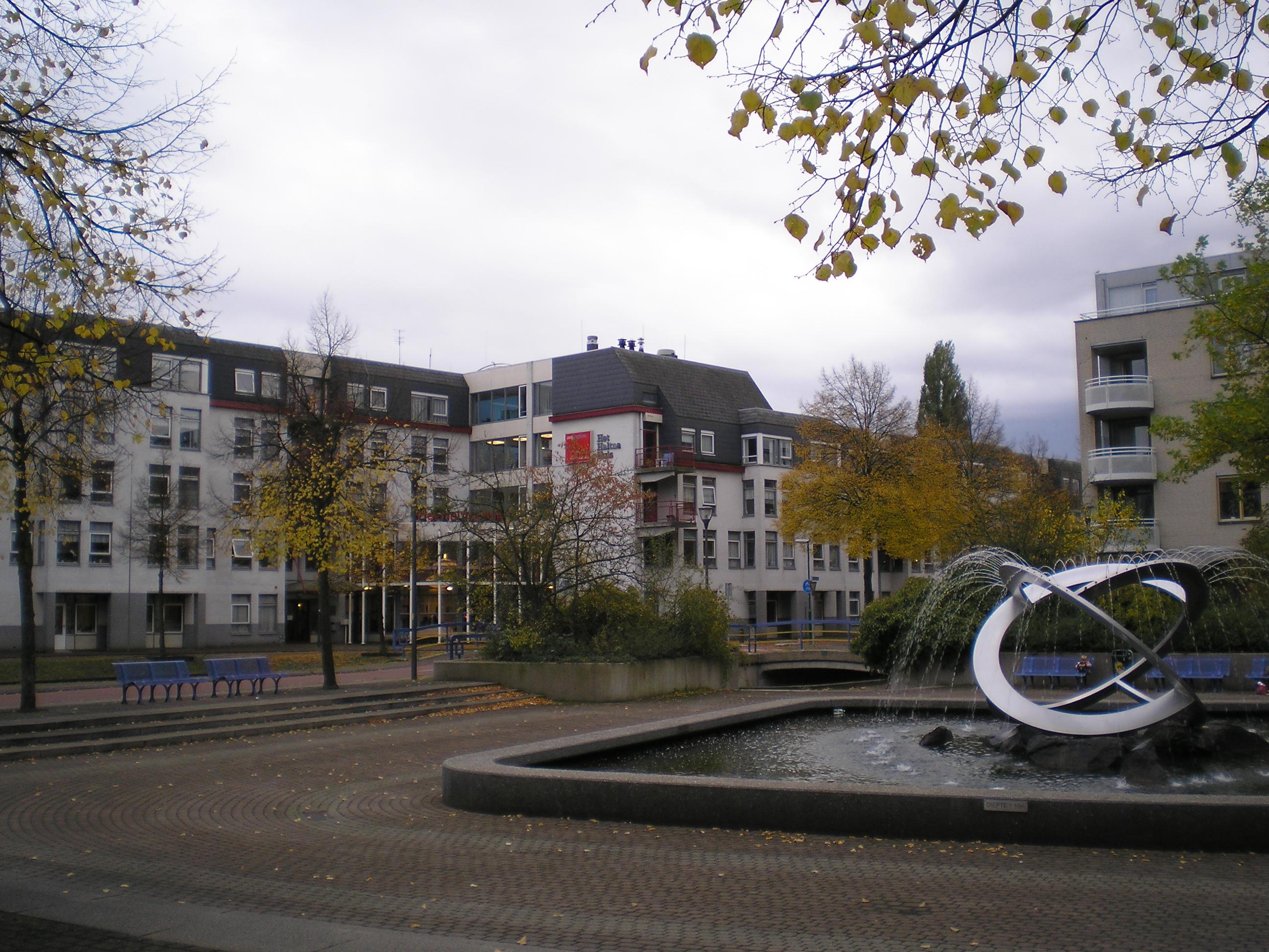 File zorgcentrum het haltna huis houten nederland jpg wikimedia commons - Houten huis ...