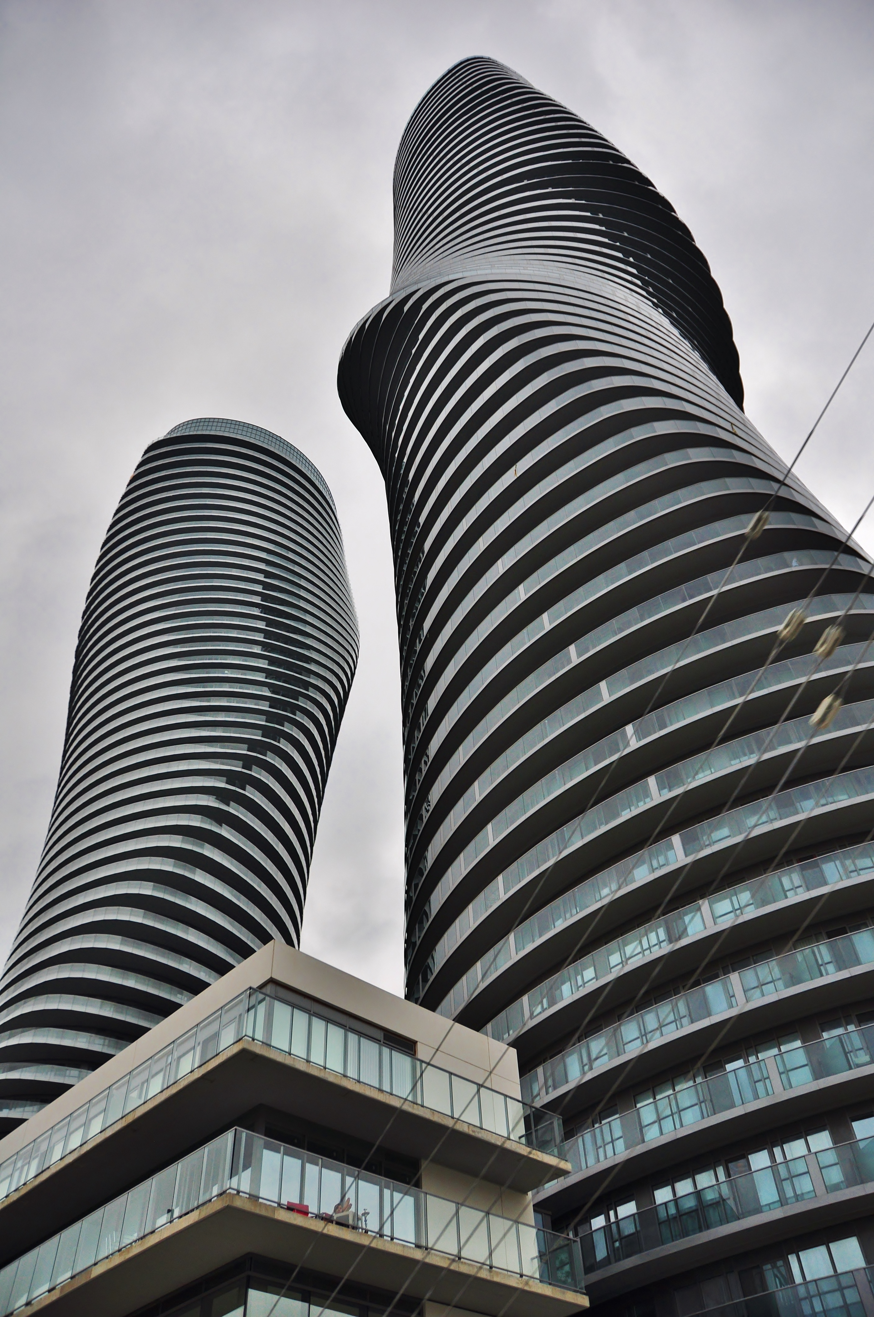File absolute towers mississauga jpg wikimedia commons for Absolute towers