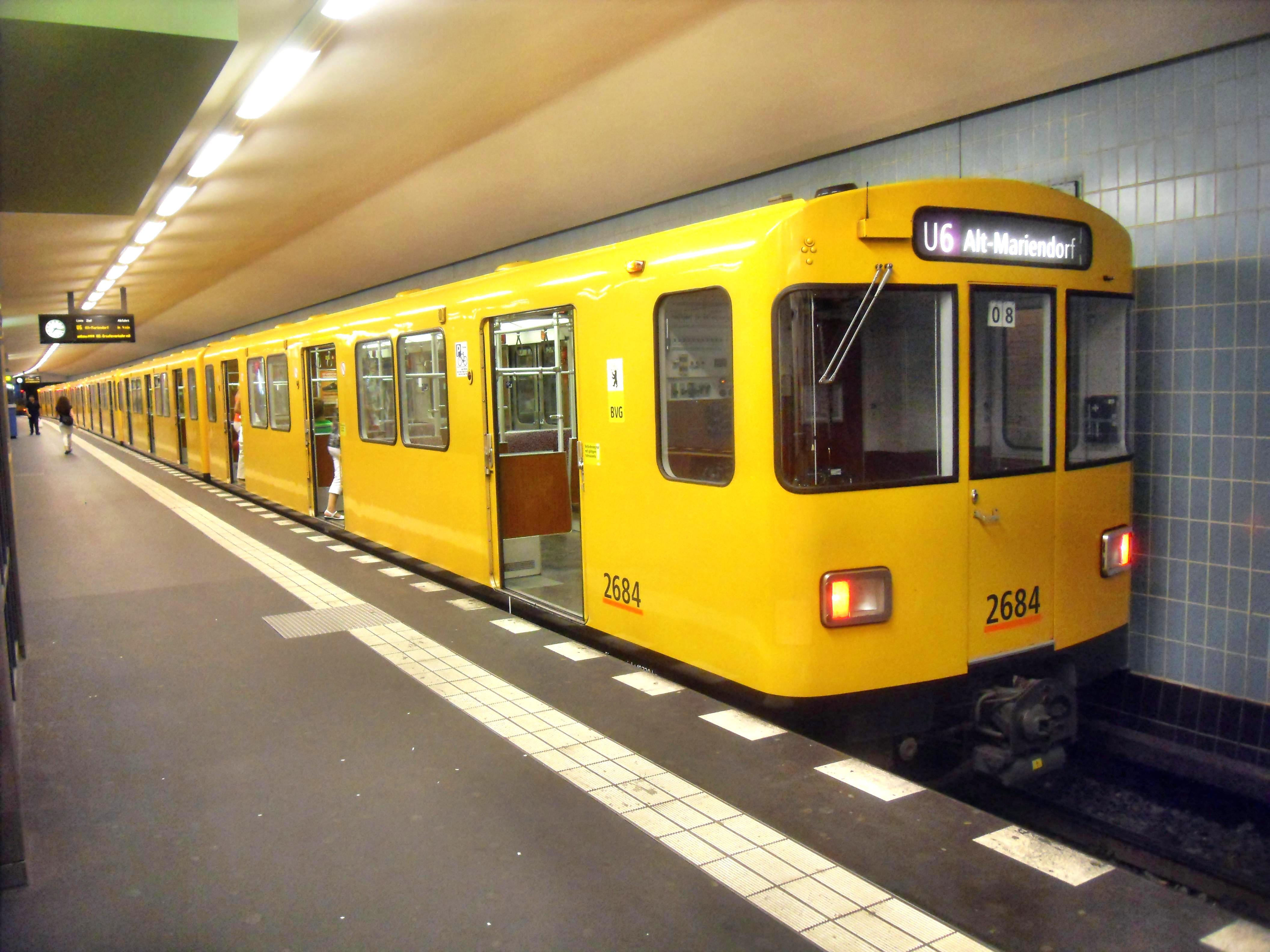 File:Berlin- U-Bahn-Station Alt-Tegel- auf Bahnsteig zu