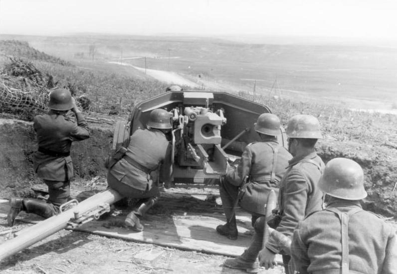 l'artillerie Bundesarchiv_Bild_101I-024-3543-09%2C_Ostfront%2C_Soldaten_an_7%2C5cm_Pak