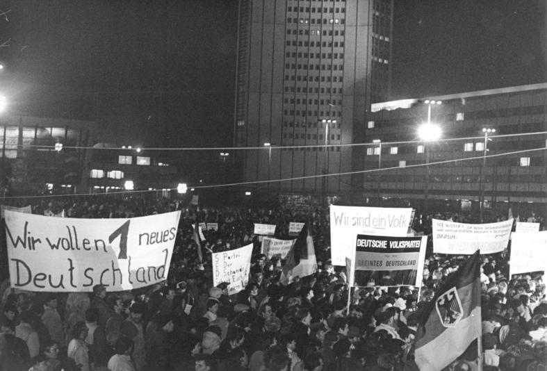 Bundesarchiv Bild 183-1989-1023-022, Leipzig, Montagsdemonstration Bundesarchiv_Bild_183-1990-0108-033%2C_Leipzig%2C_Montagsdemonstration