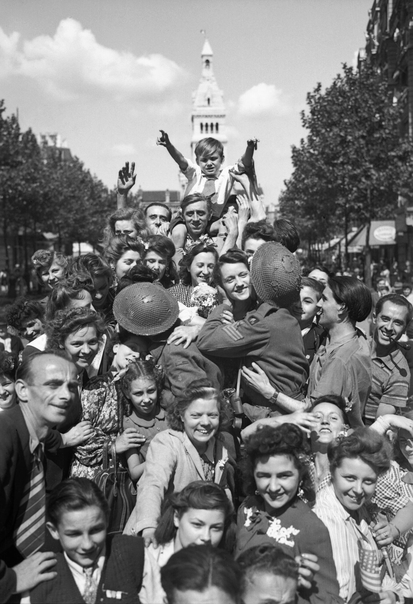 file cheering crowds greet british troops in paris 26 august 1944 wikimedia commons. Black Bedroom Furniture Sets. Home Design Ideas